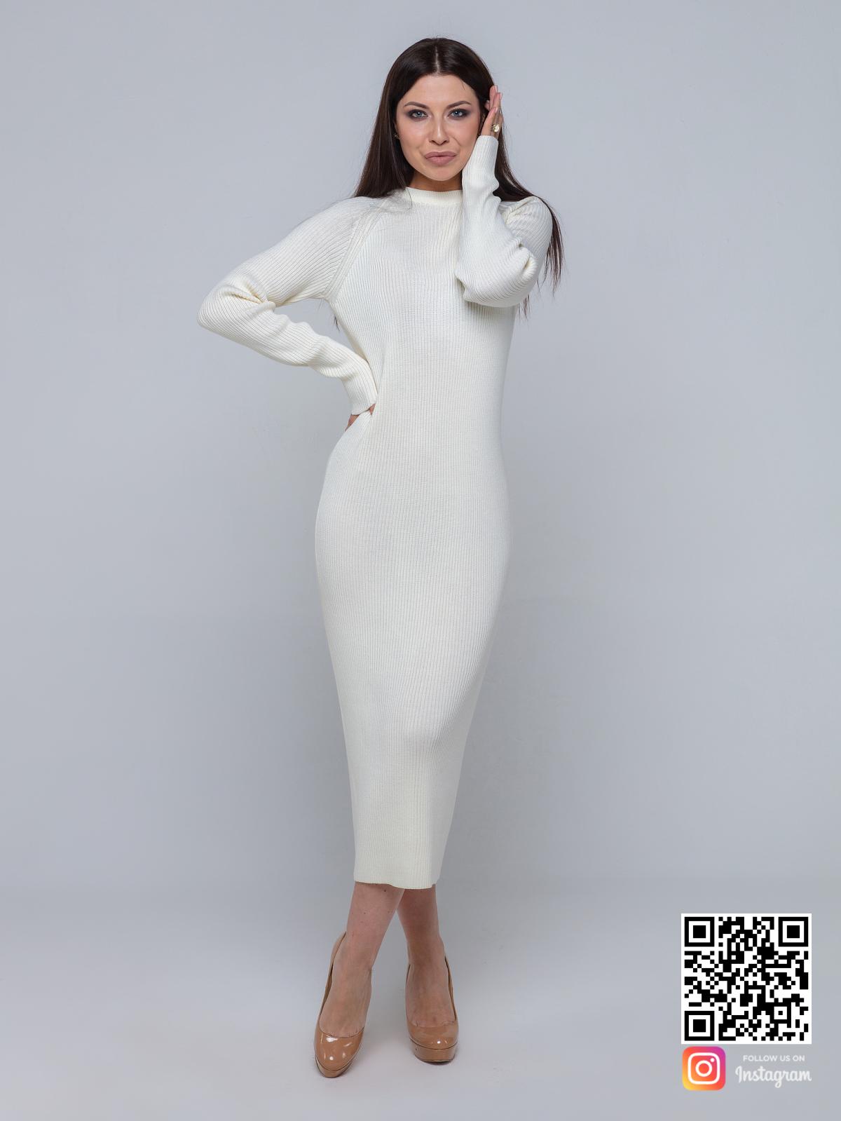 На фотографии белое трикотажное платье от Shapar, бренда вязаной одежды ручной работы в интернет-магазине связанных спицами вещей.