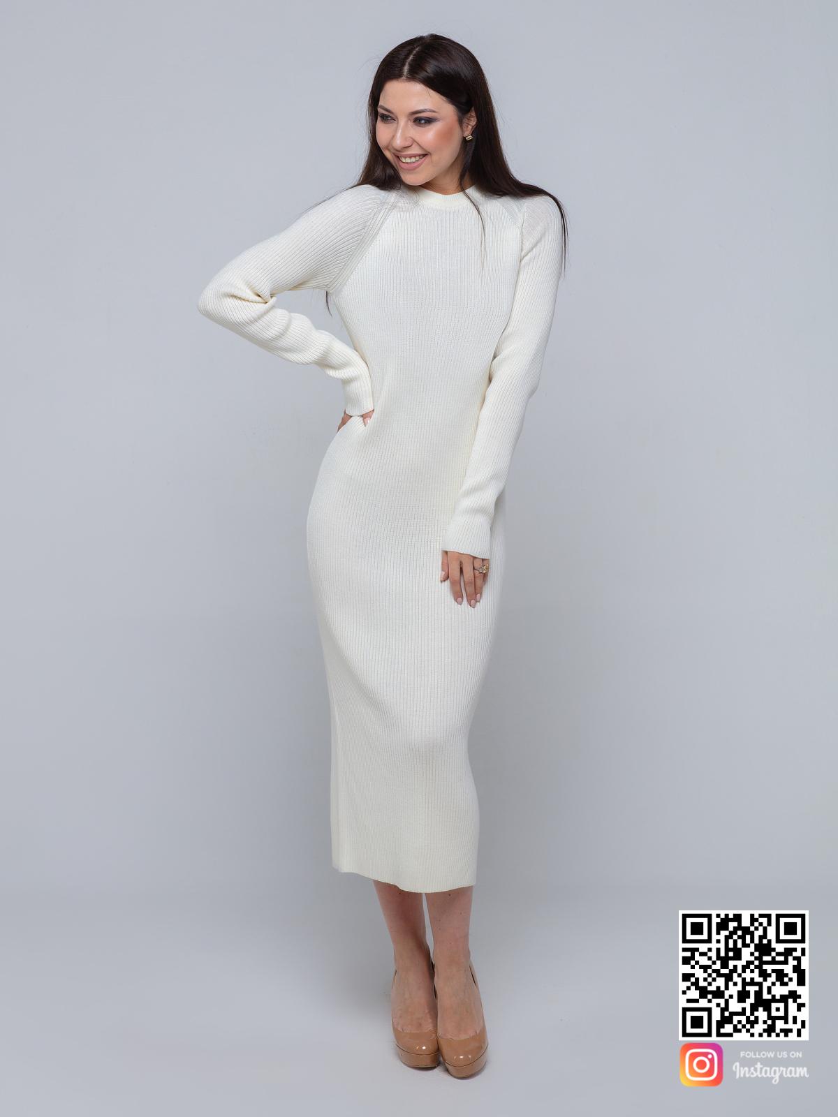 На пятой фотографии длинное белое трикотажное платье с рукавами от Shapar, бренда вязаной одежды ручной работы в интернет-магазине связанных спицами вещей.
