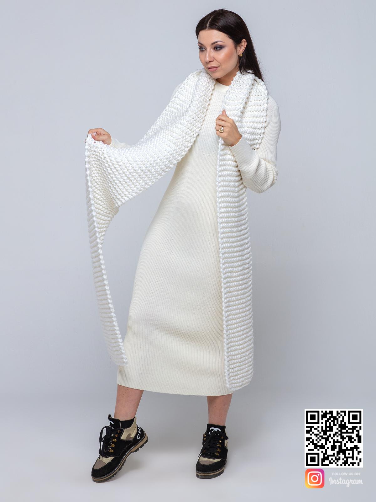 На второй фотографии длинный женский белый шарф от Shapar, бренда вязаной одежды ручной работы в интернет-магазине связанных спицами вещей.