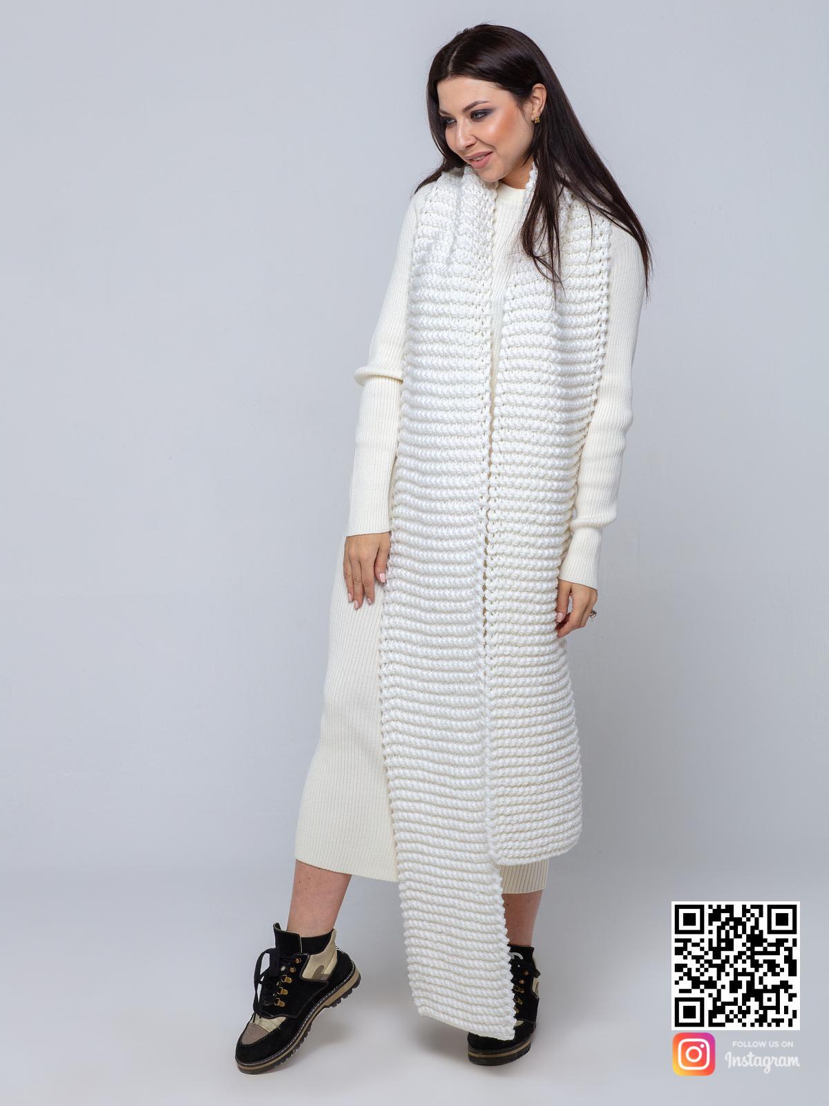 На третьей фотографии женский белый шарф крупной вязки от Shapar, бренда вязаной одежды ручной работы в интернет-магазине связанных спицами вещей.