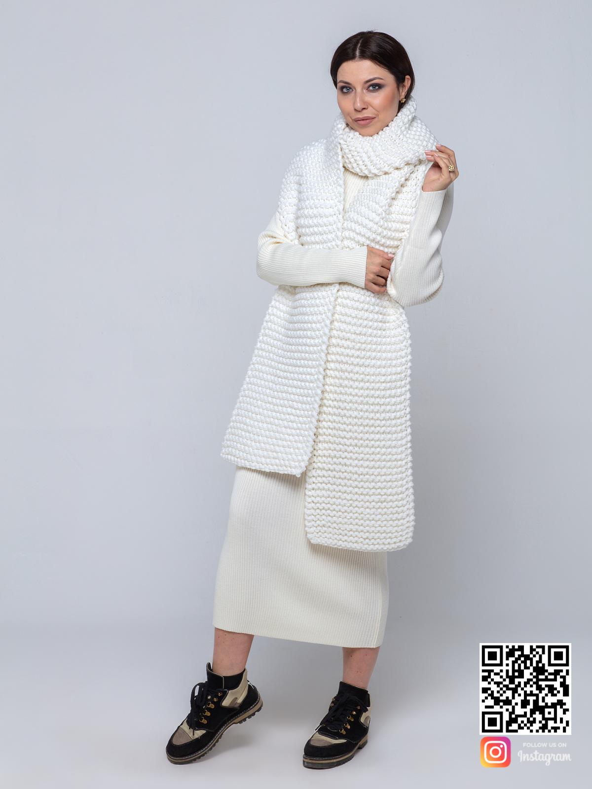На фотографии белый шарф женский от Shapar, бренда вязаной одежды ручной работы в интернет-магазине связанных спицами вещей.