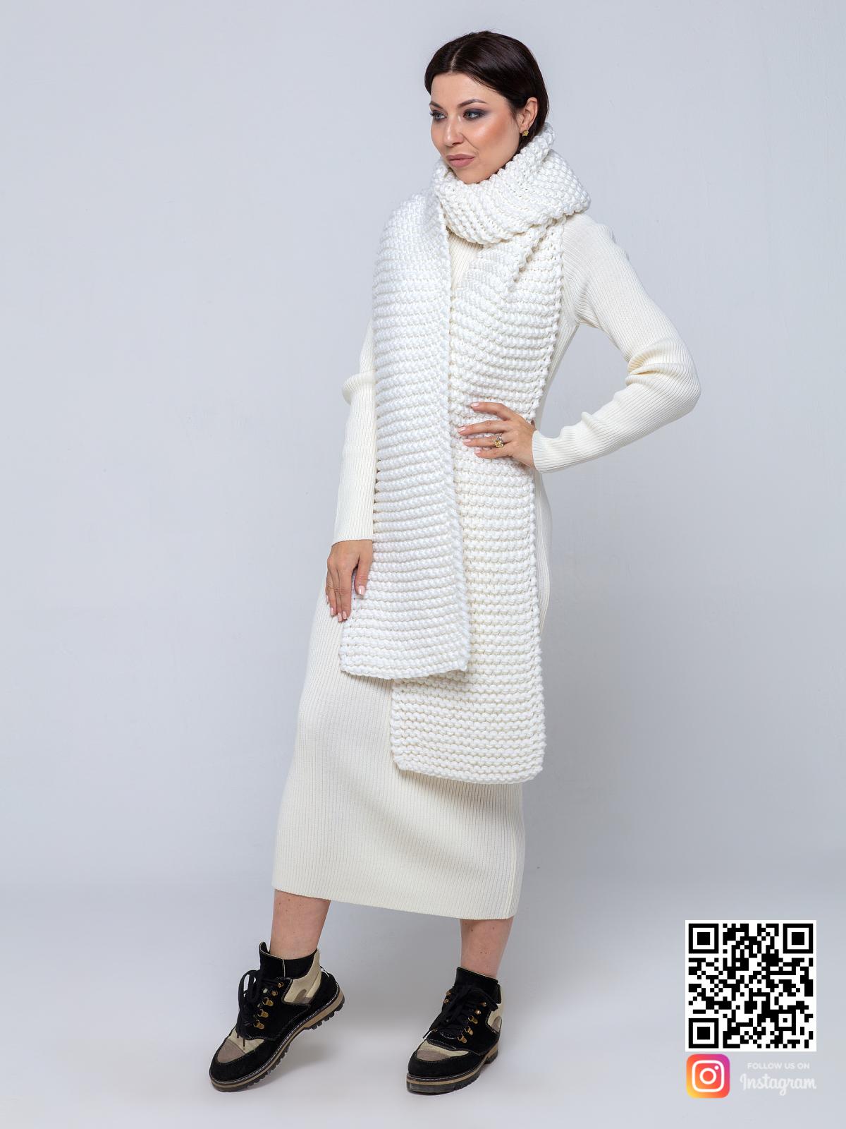 На четвертой фотографии стильный женский шарф белого цвета от Shapar, бренда вязаной одежды ручной работы в интернет-магазине связанных спицами вещей.