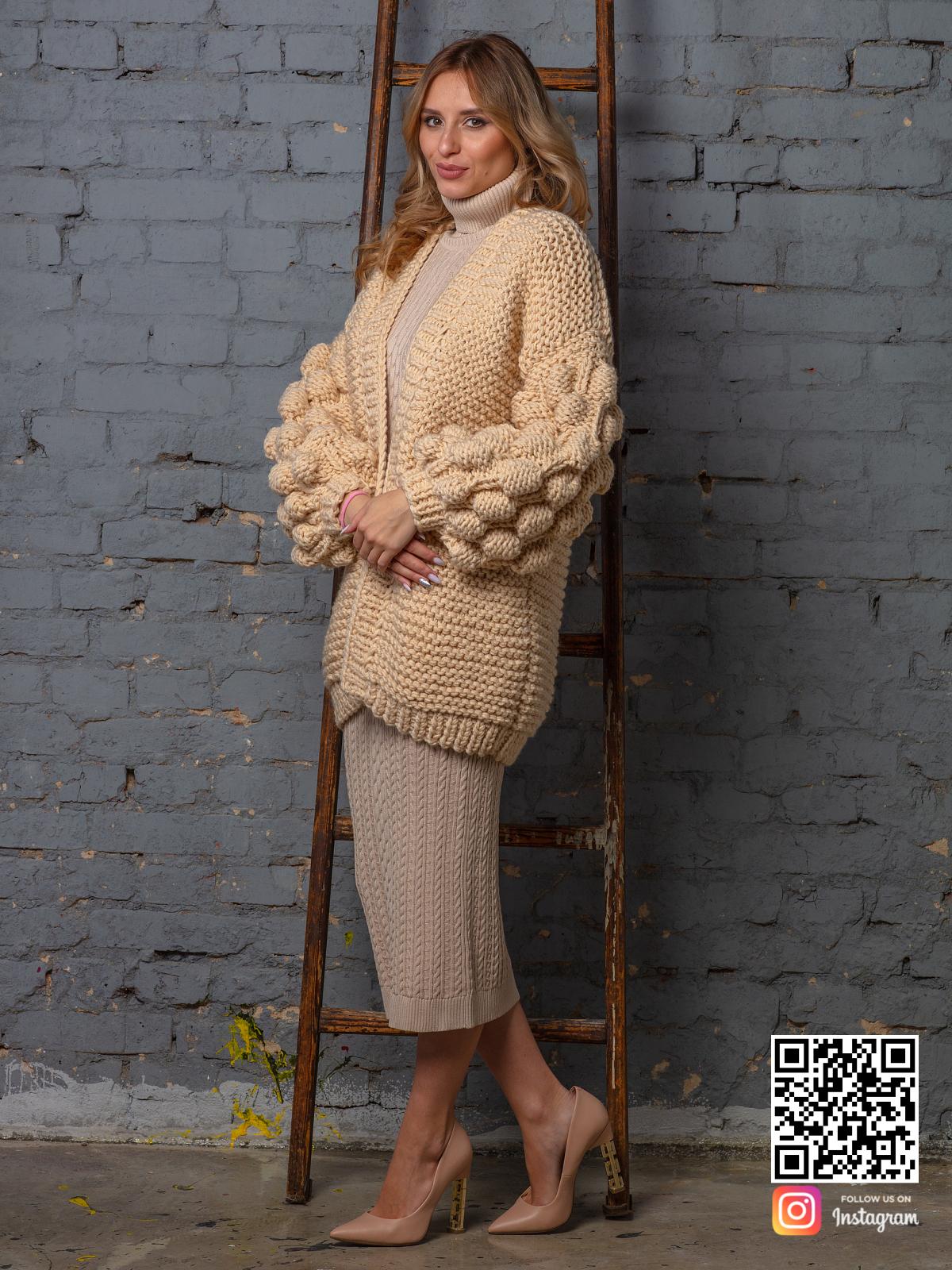 На седьмой фотографии бежевый объемный вязаный кардиган оверсайз от Shapar, бренда одежды ручной работы в интернет-магазине связанных спицами вещей.