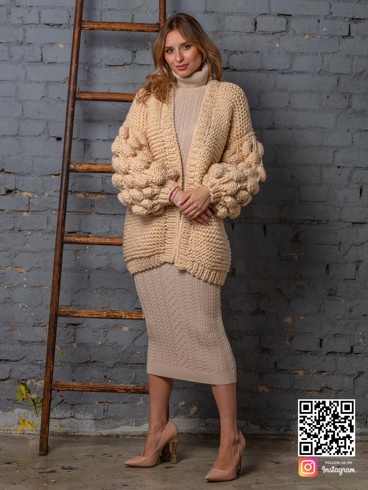 На шестой фотографии модный вязаный кардиган бежевого цвета от Shapar, бренда одежды ручной работы в интернет-магазине связанных спицами вещей.