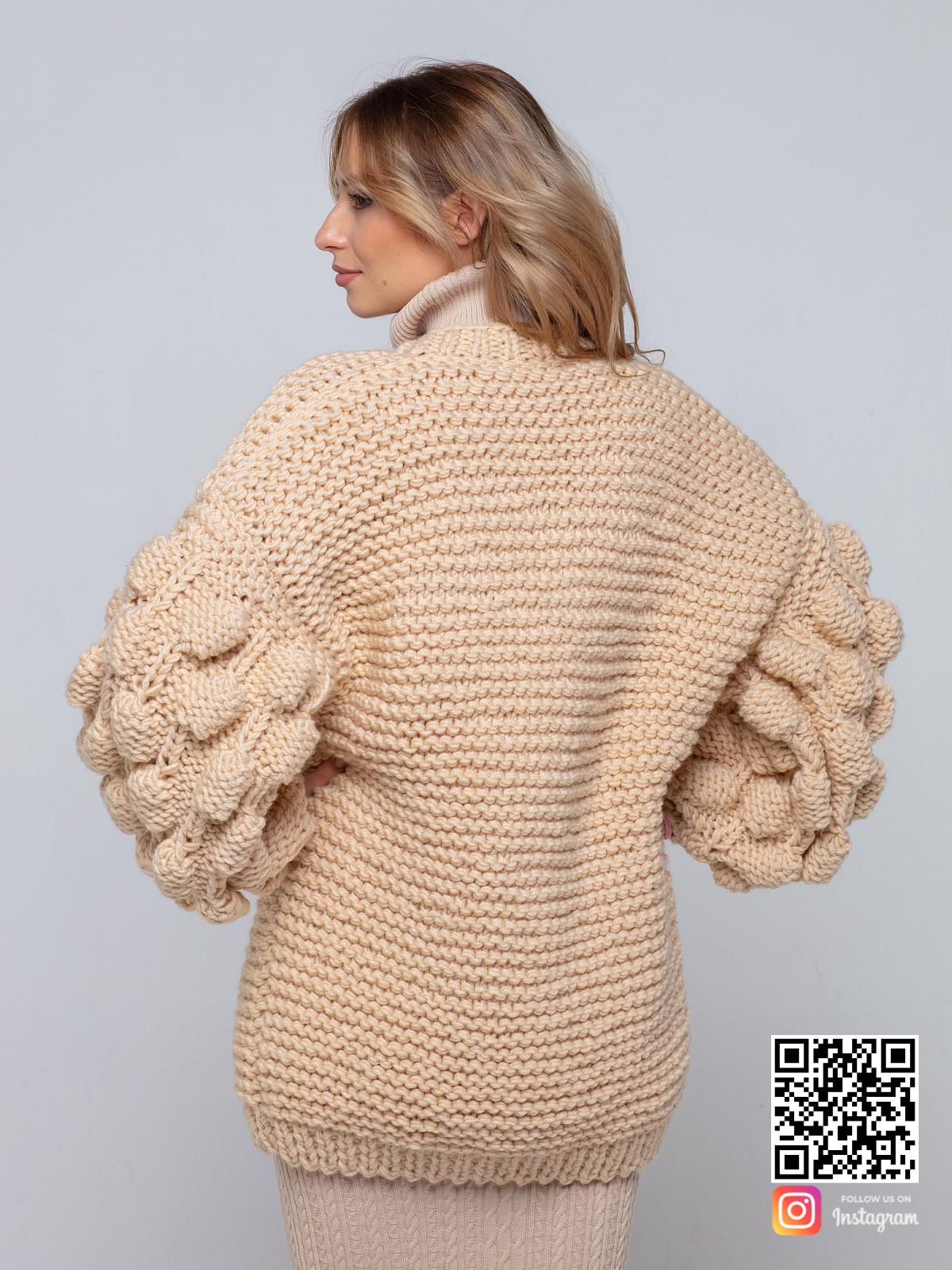 На второй фотографии бежевый вязаный кардиган со спины от Shapar, бренда одежды ручной работы в интернет-магазине связанных спицами вещей.