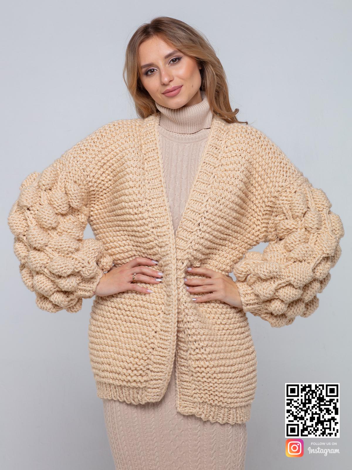 На пятой фотографии бежевый вязаный кардиган крупной вязки от Shapar, бренда одежды ручной работы в интернет-магазине связанных спицами вещей.