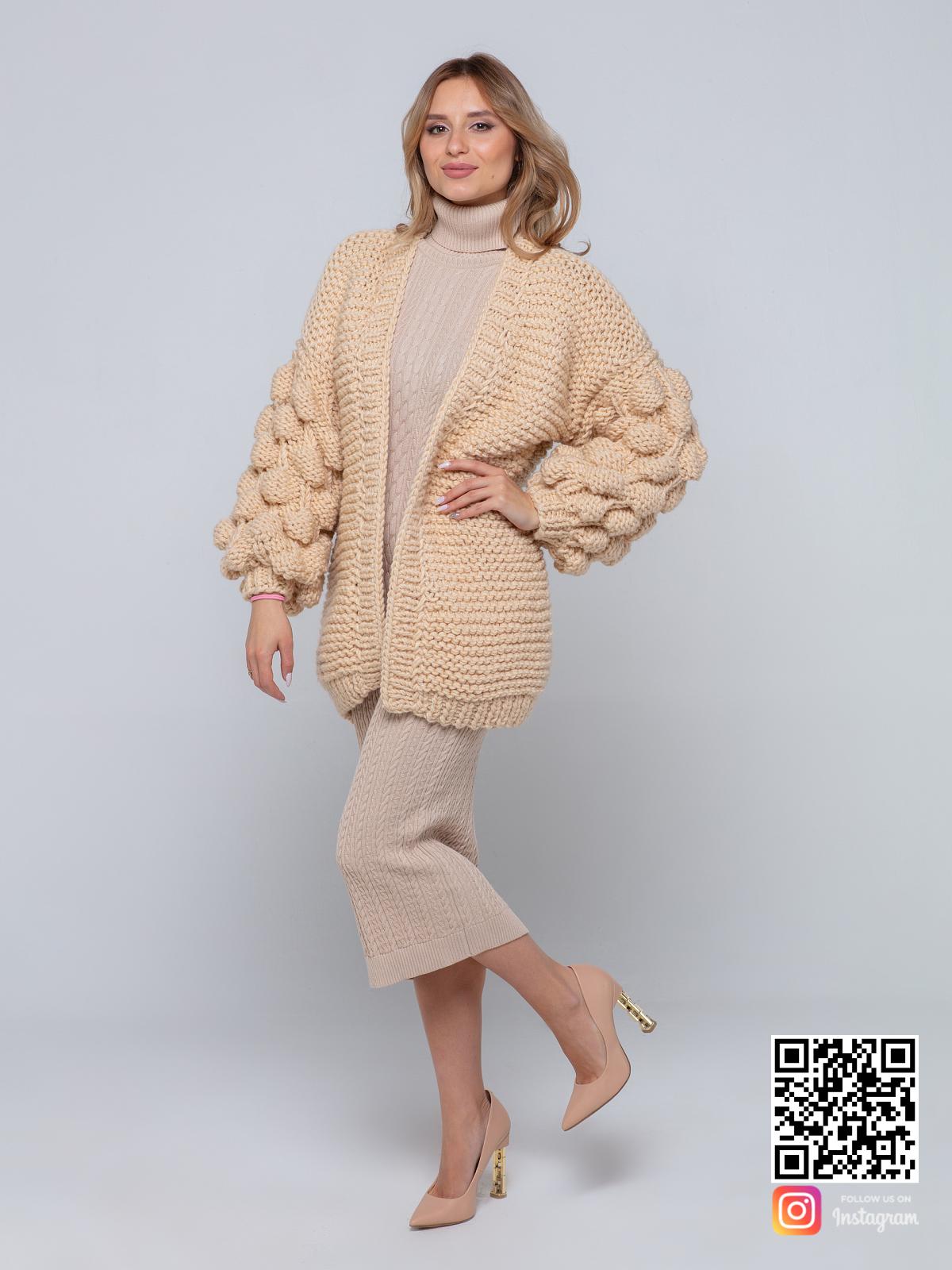 На фотографии бежевый вязаный кардиган от Shapar, бренда одежды ручной работы в интернет-магазине связанных спицами вещей.