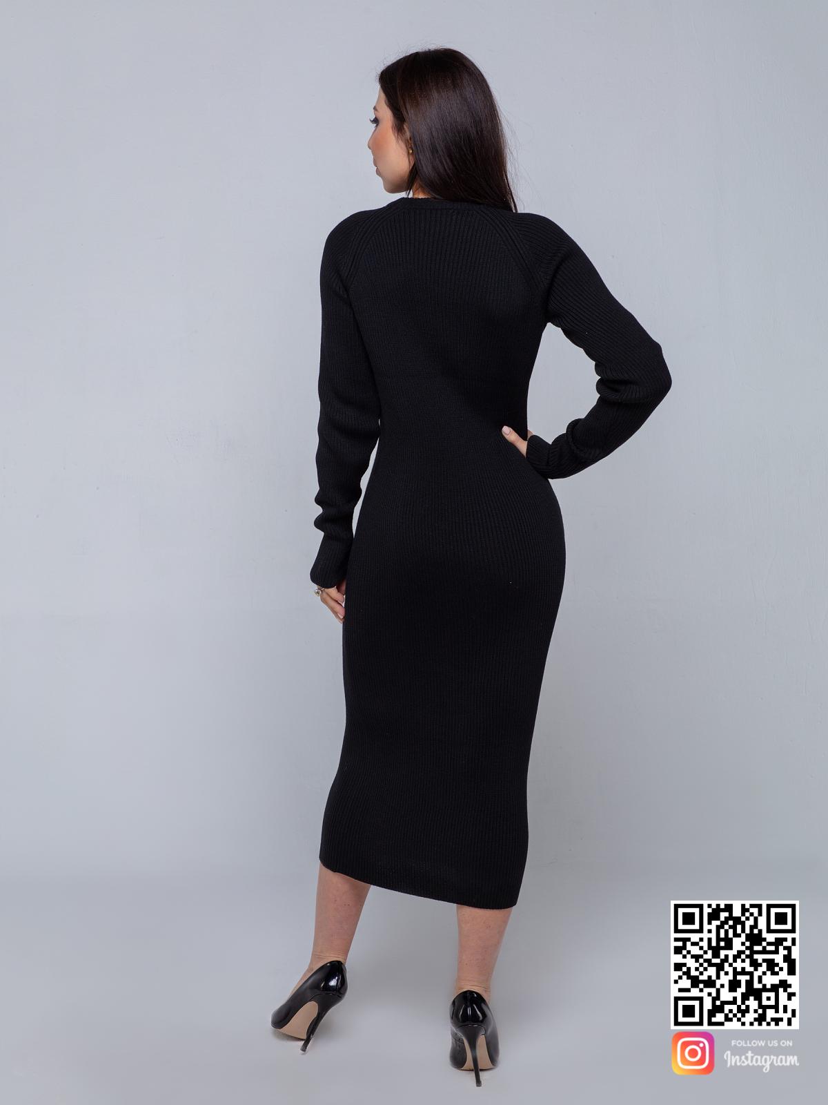 На второй фотографии черное вязаное платье со спины от Shapar, бренда женской одежды ручной работы в интернет-магазине связанных спицами вещей.