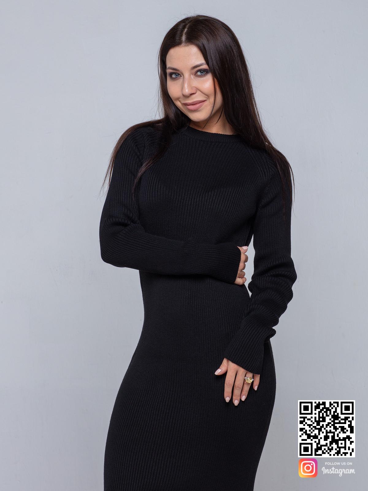 На третьей фотографии черное вязаное платье от Shapar, бренда одежды ручной работы в интернет-магазине связанных спицами вещей.