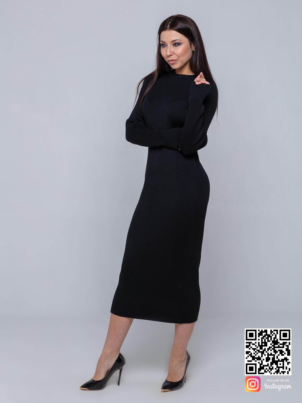 На фотографии черное вязаное платье лапша от Shapar, бренда женской одежды ручной работы в интернет-магазине связанных спицами вещей.