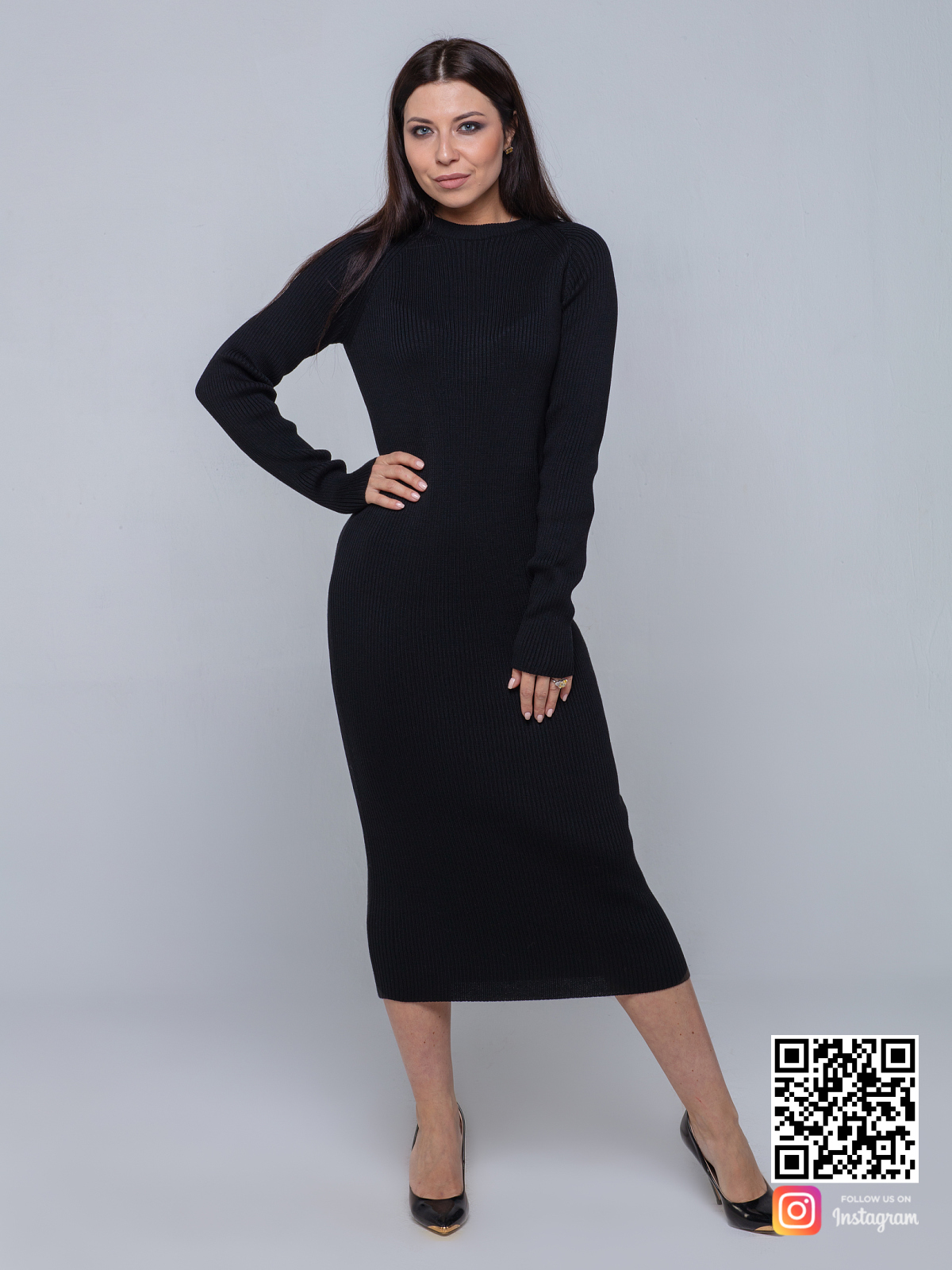 На шестой фотографии элегантное черное вязаное платье в длине миди от Shapar, бренда женской одежды ручной работы в интернет-магазине связанных спицами вещей.
