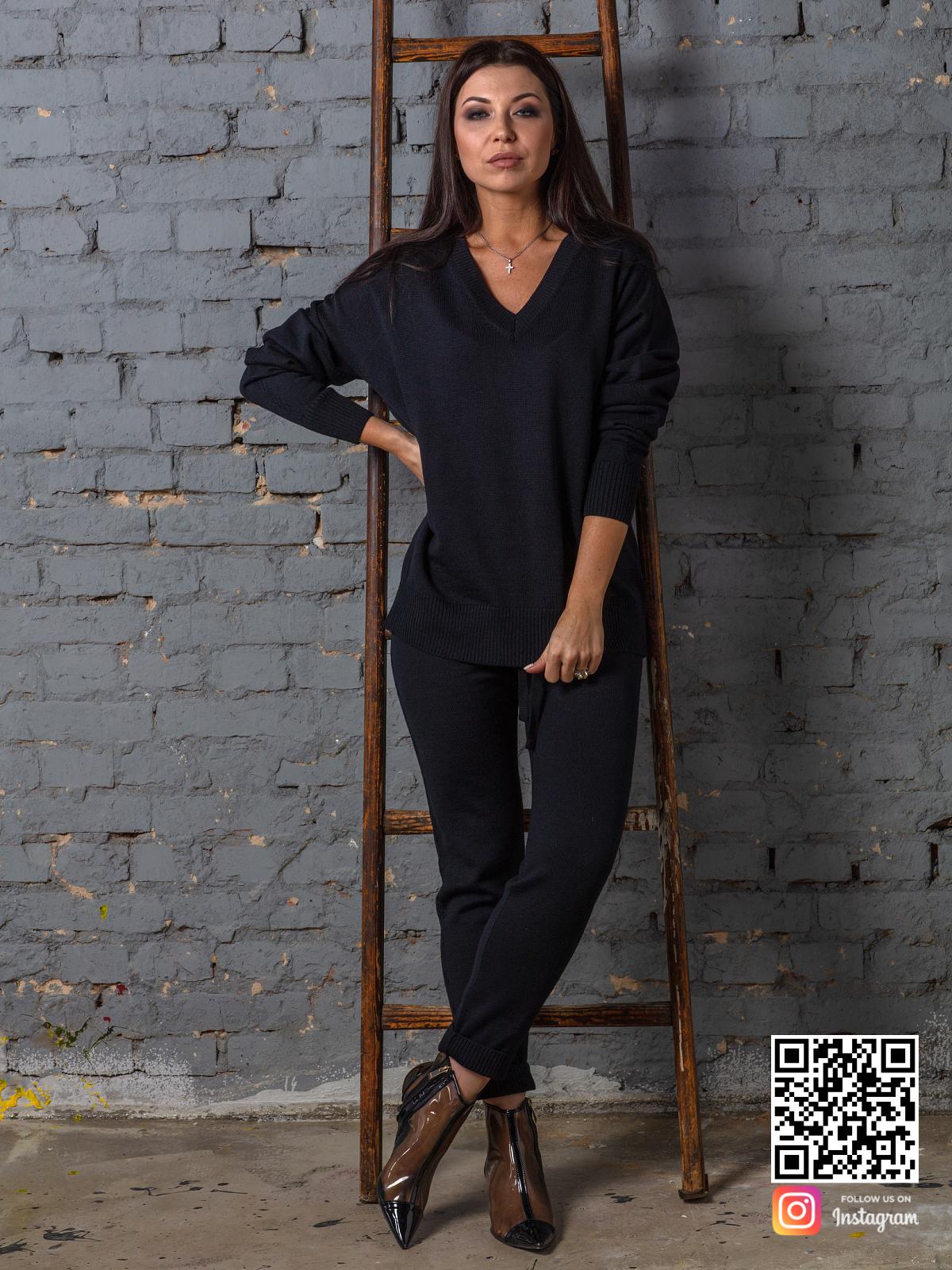 На восьмой фотографии стильный черный брючный костюм в дорогу от Shapar, бренда вязаной одежды ручной работы в интернет-магазине связанных спицами вещей.