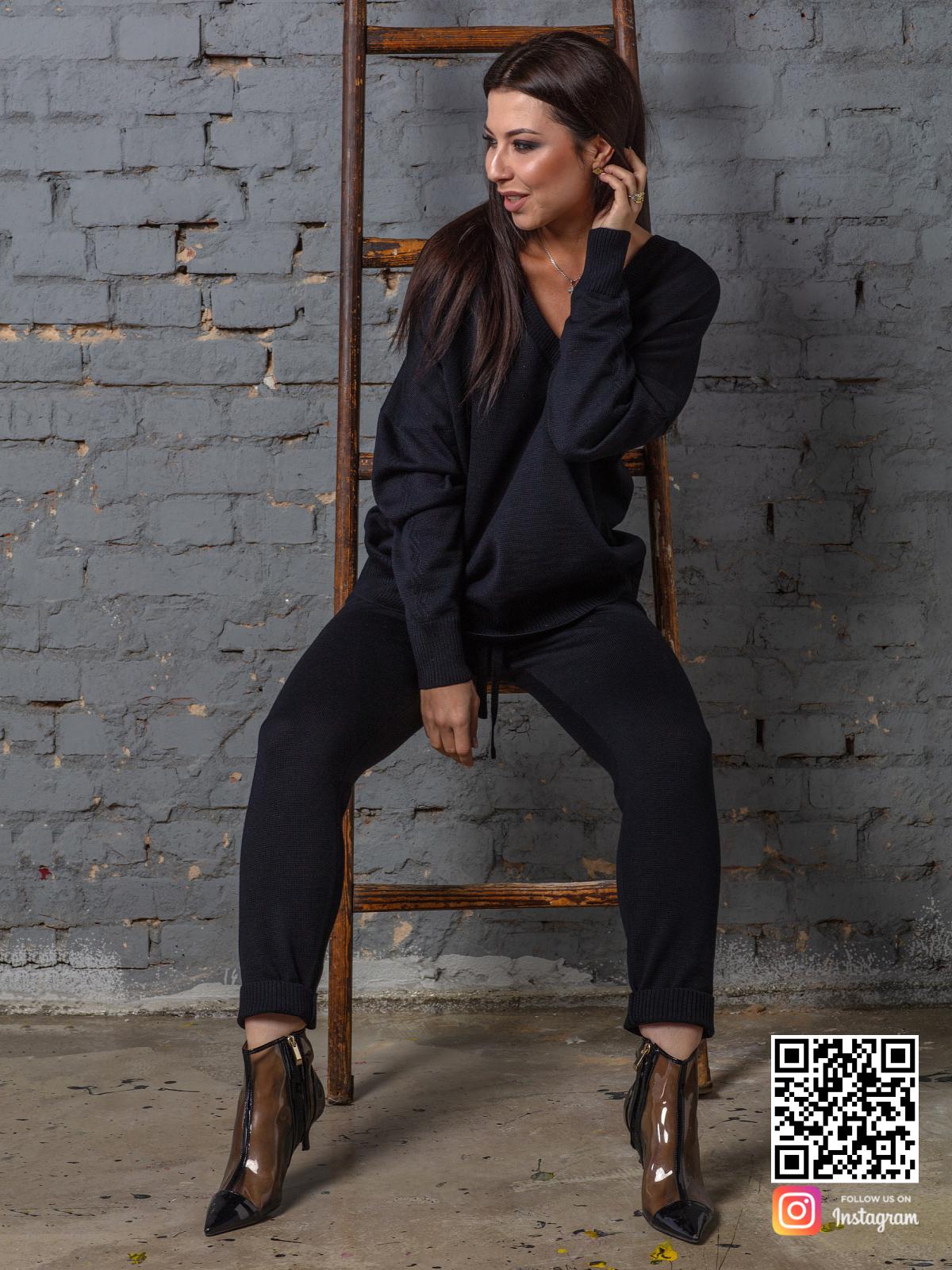 На седьмой фотографии черный брючный костюм женский для путешествий от Shapar, бренда вязаной одежды ручной работы в интернет-магазине связанных спицами вещей.