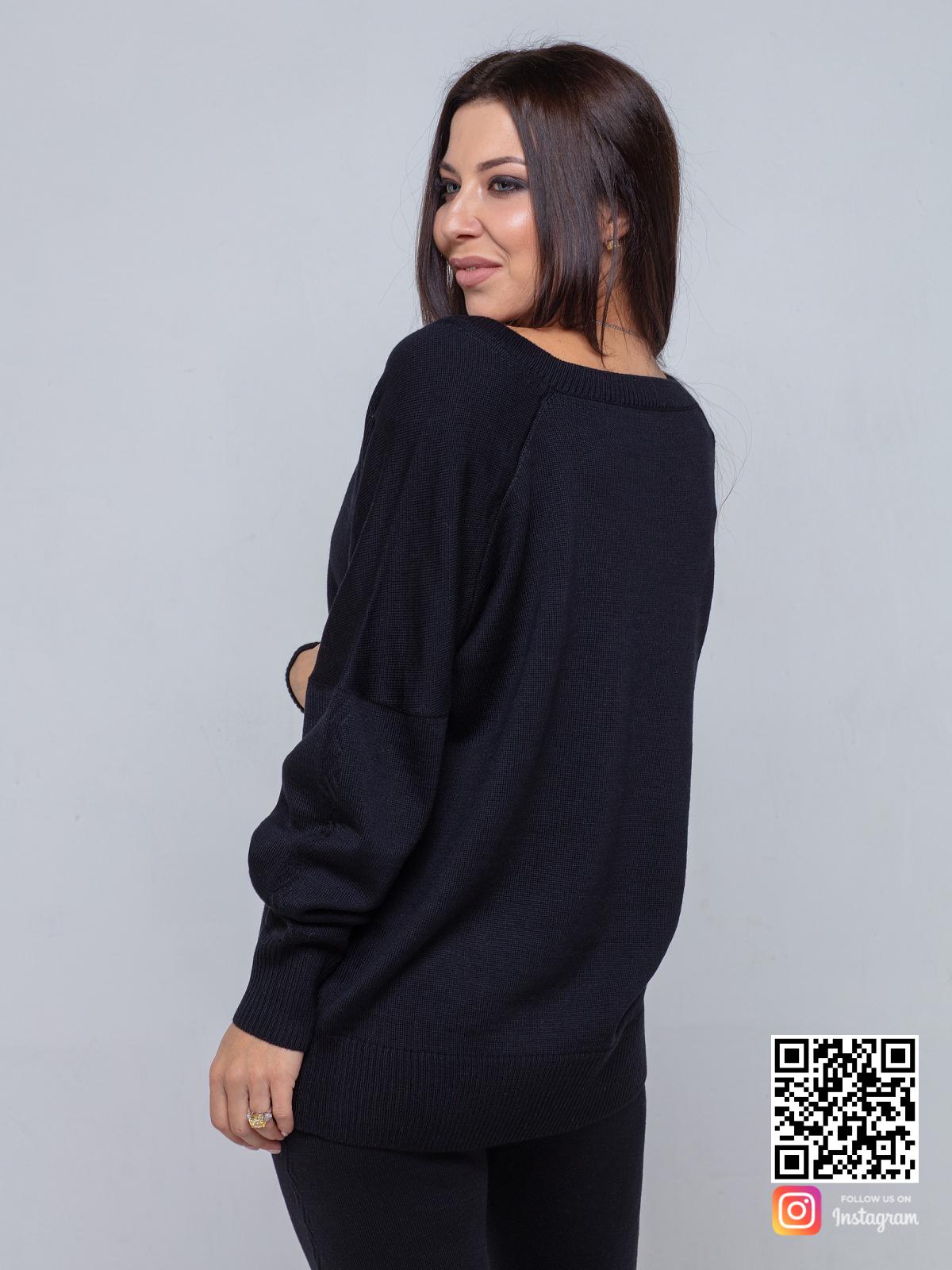На второй фотографии черный брючный костюм женский со спины от Shapar, бренда вязаной одежды ручной работы в интернет-магазине связанных спицами вещей.