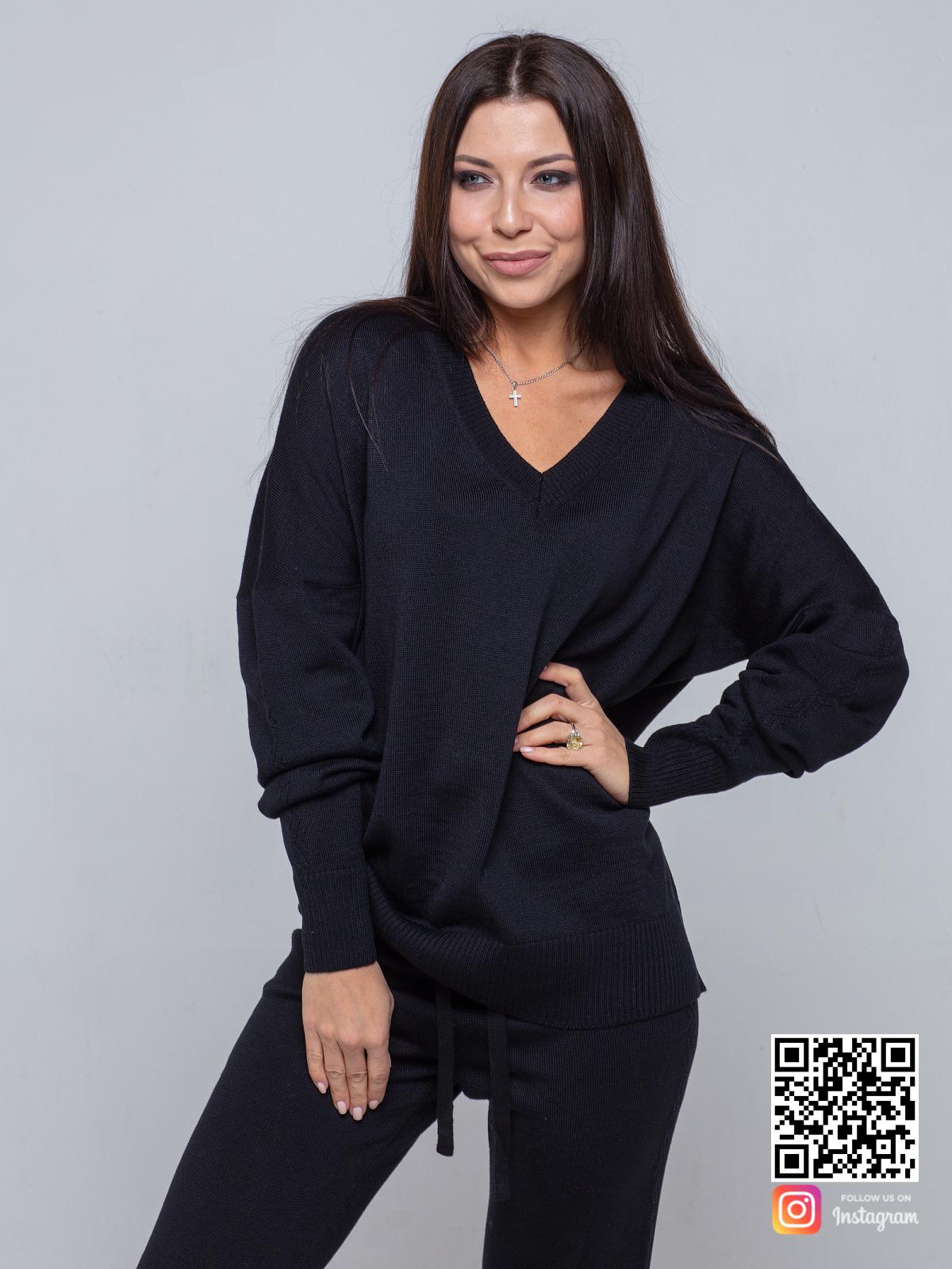 На третьей фотографии черный брючный костюм женский с v образным вырезом от Shapar, бренда вязаной одежды ручной работы в интернет-магазине связанных спицами вещей.