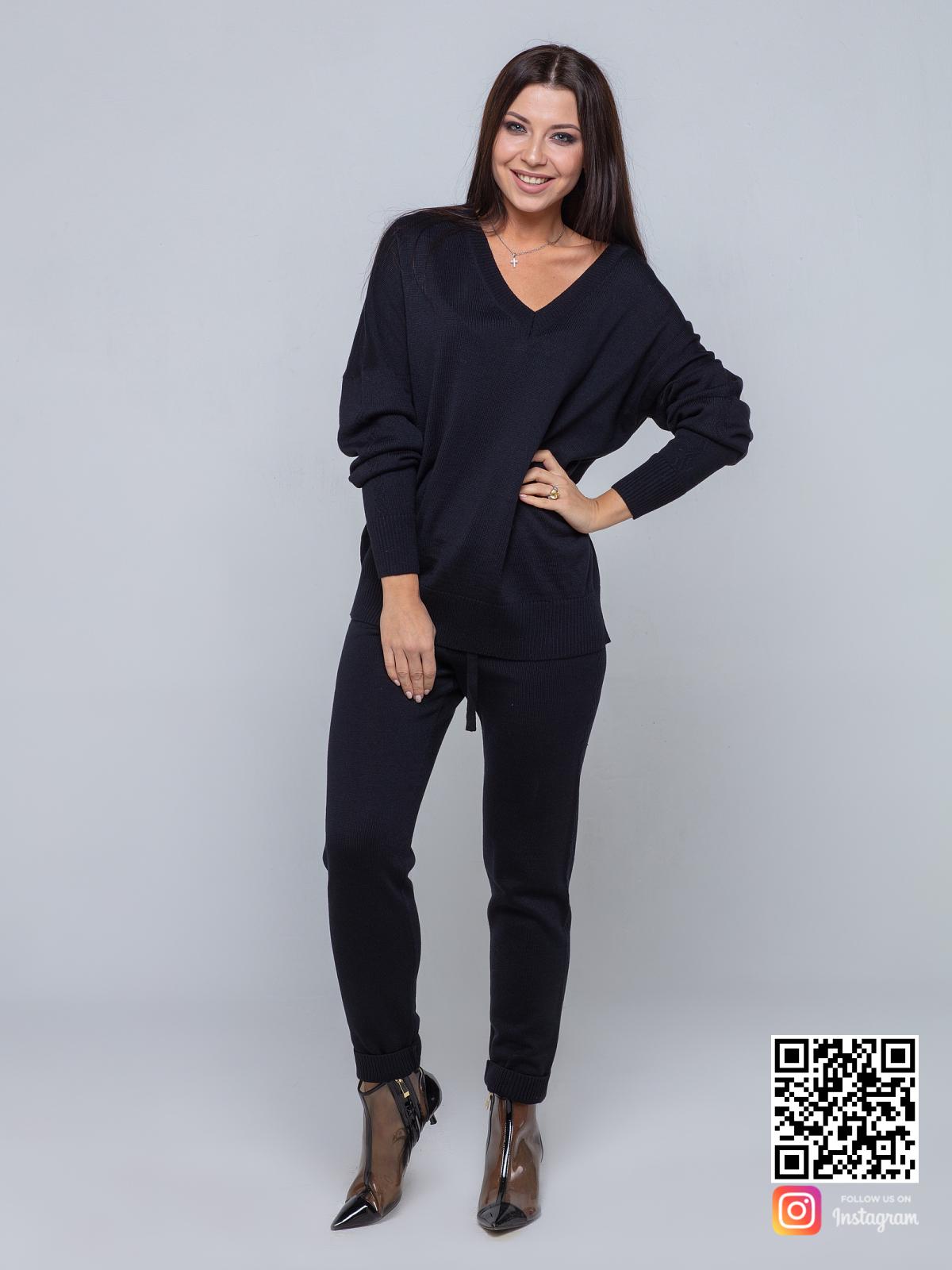 На четвертой фотографии спортивный брючный костюм женский черного цвета от Shapar, бренда вязаной одежды ручной работы в интернет-магазине связанных спицами вещей.