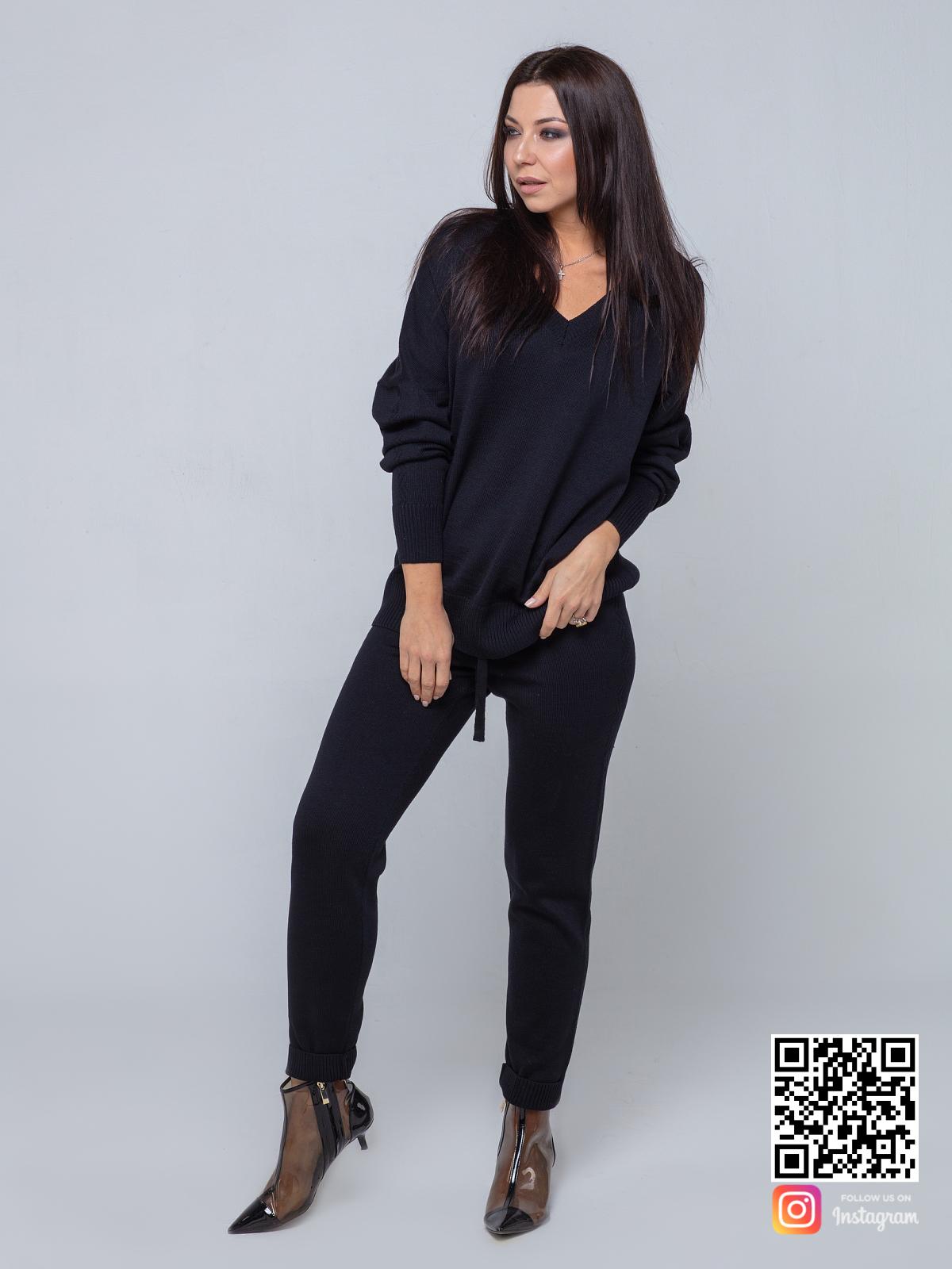 На фотографии черный брючный костюм женский от Shapar, бренда вязаной одежды ручной работы в интернет-магазине связанных спицами вещей.