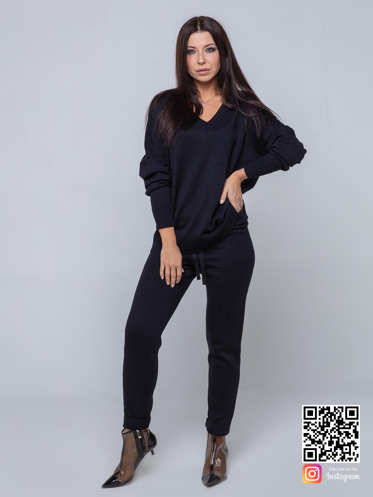 На шестой фотографии черный повседневный костюм с брюками для девушек и женщин от Shapar, бренда вязаной одежды ручной работы в интернет-магазине связанных спицами вещей.