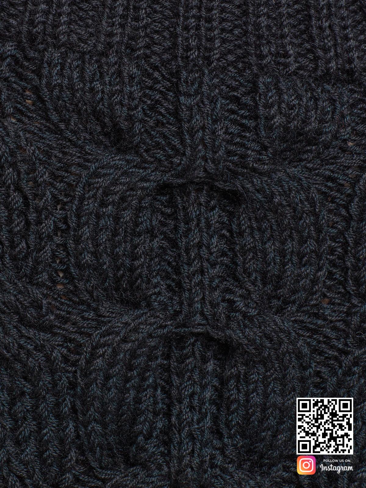 На седьмой фотографии черный свитер женский крупным планом от Shapar, бренда вязаной одежды ручной работы в интернет-магазине связанных спицами вещей.