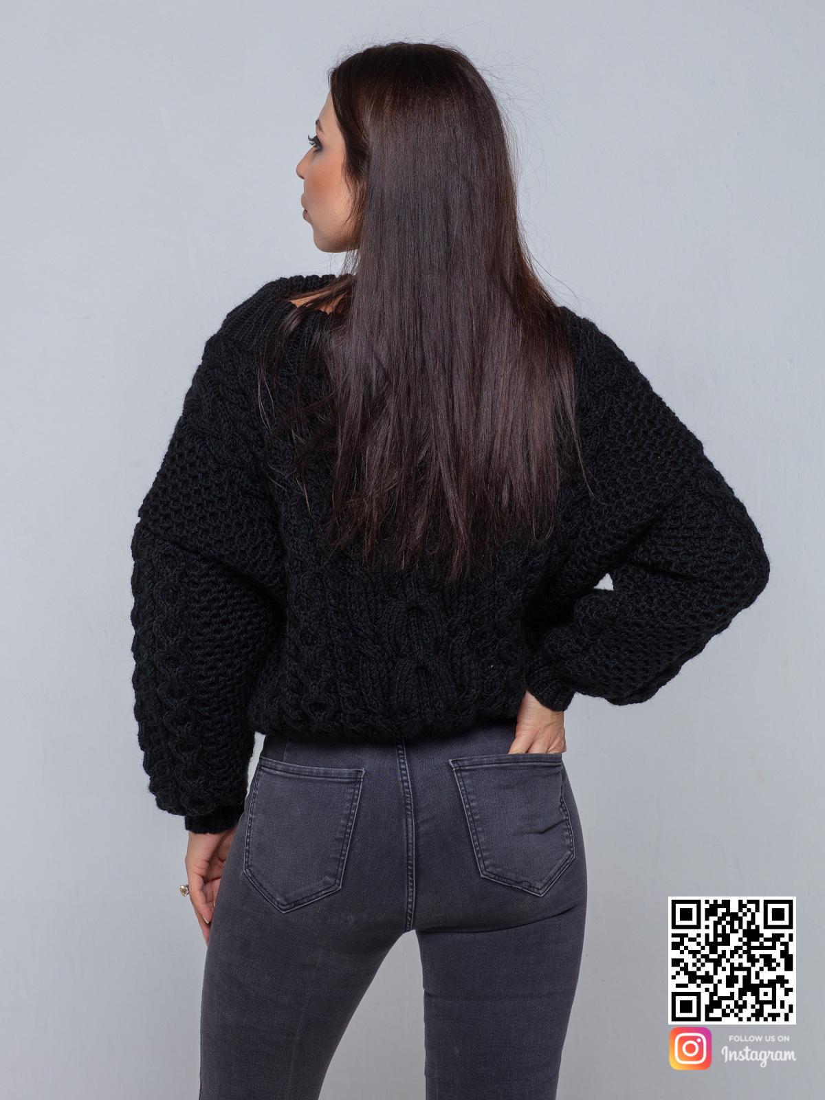 На пятой фотографии черный свитер женский в косах от Shapar, бренда вязаной одежды ручной работы в интернет-магазине связанных спицами вещей.