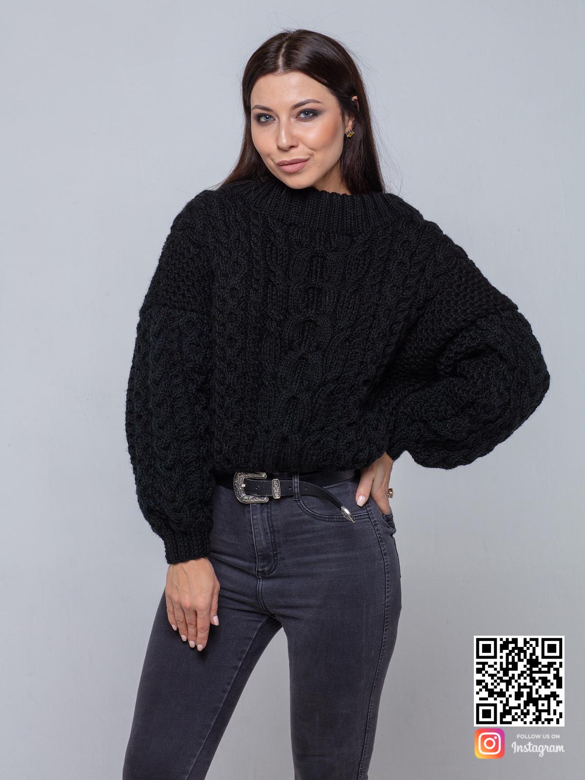 На четвертой фотографии черный свитер женский ажурной вязки от Shapar, бренда вязаной одежды ручной работы в интернет-магазине связанных спицами вещей.