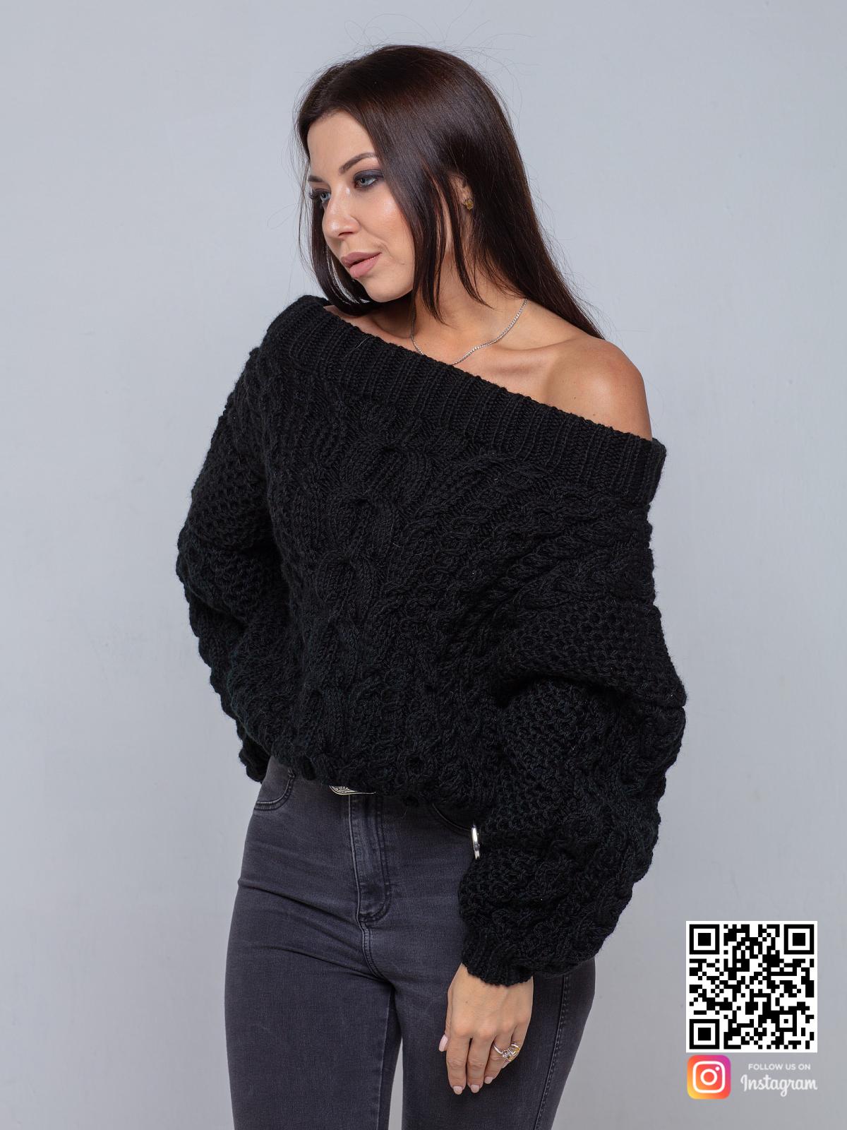 На фотографии черный свитер женский на одно плечо от Shapar, бренда вязаной одежды ручной работы в интернет-магазине связанных спицами вещей.