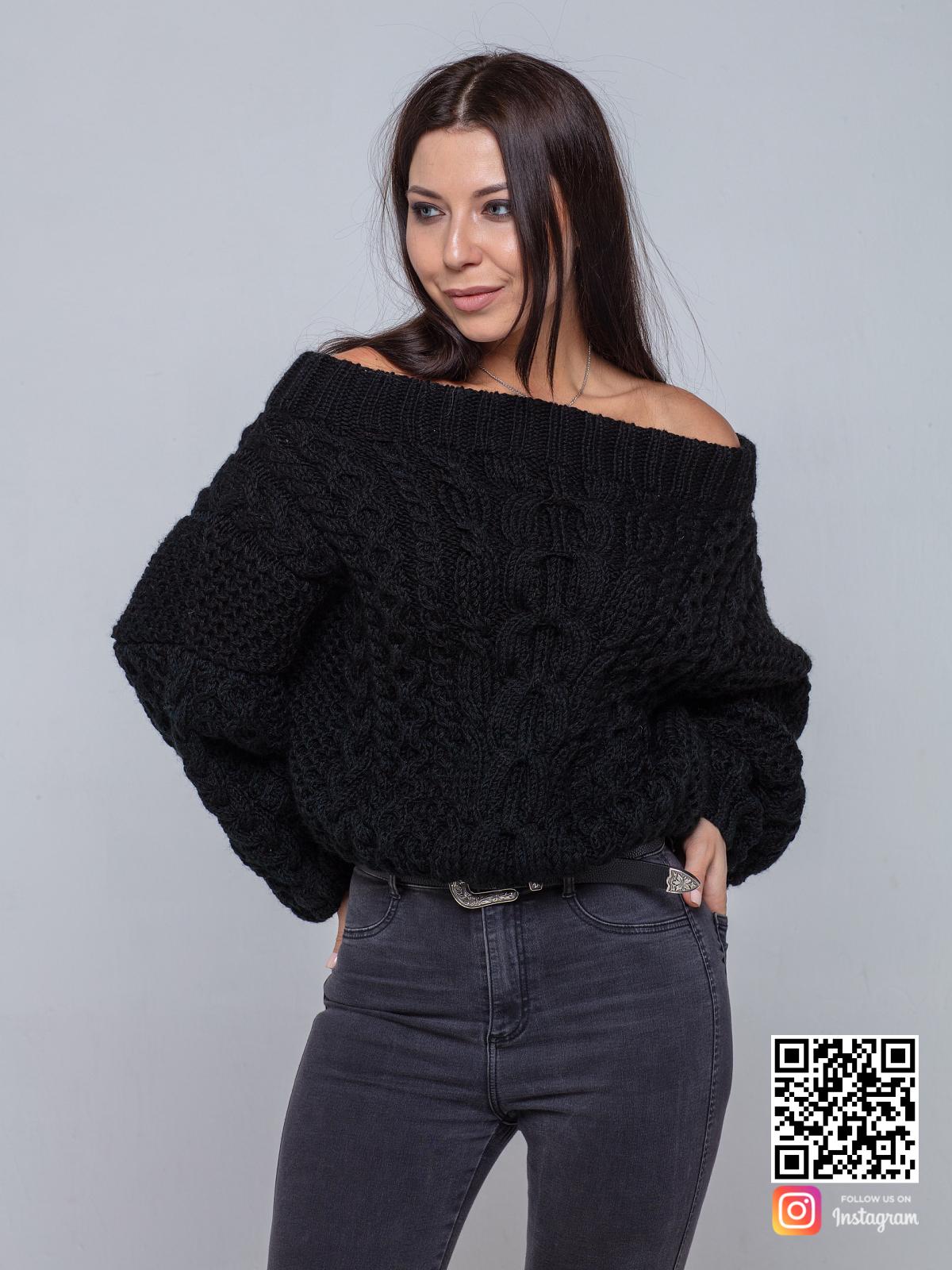 На шестой фотографии черный свитер женский с открытыми плечами от Shapar, бренда вязаной одежды ручной работы в интернет-магазине связанных спицами вещей.