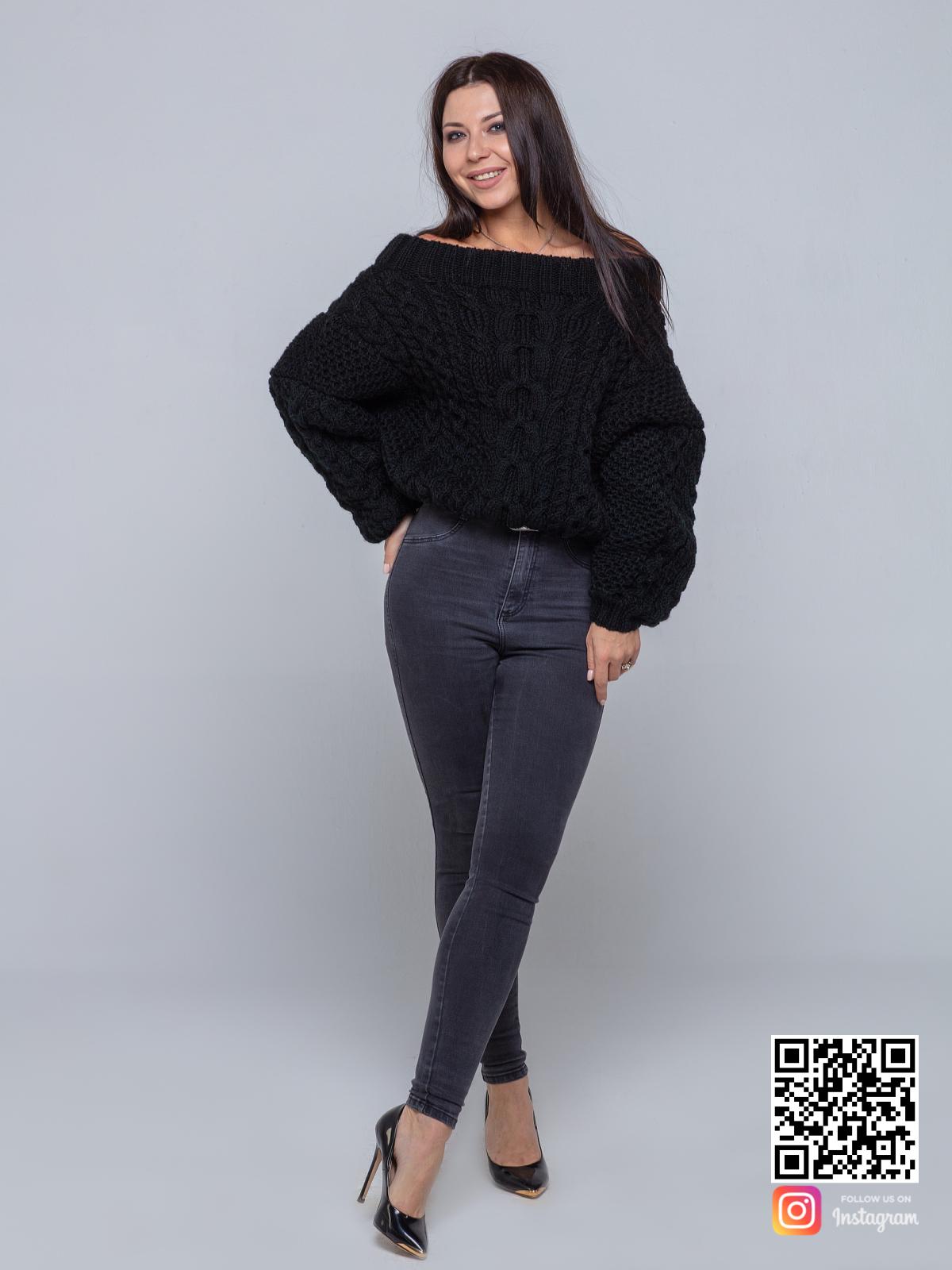 На третьей фотографии элегантный черный свитер женский от Shapar, бренда вязаной одежды ручной работы в интернет-магазине связанных спицами вещей.