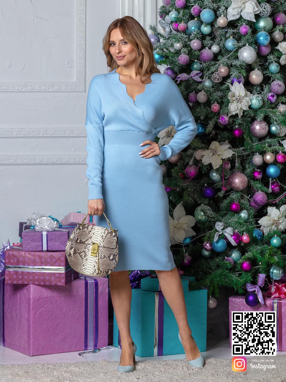 На пятой фотографии деловое трикотажное платье голубого цвета от Shapar, бренда вязаной одежды ручной работы в интернет-магазине связанных спицами вещей.