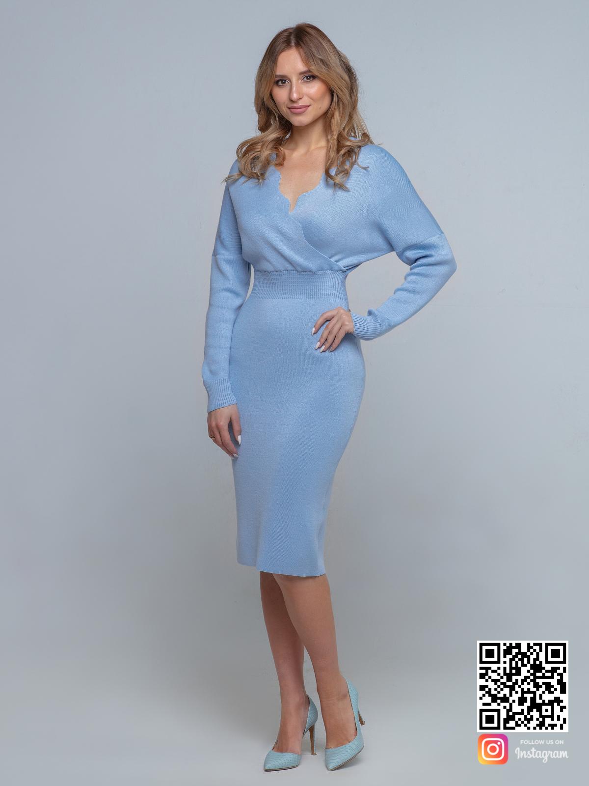 На фотографии деловое трикотажное платье от Shapar, бренда вязаной одежды ручной работы в интернет-магазине связанных спицами вещей.
