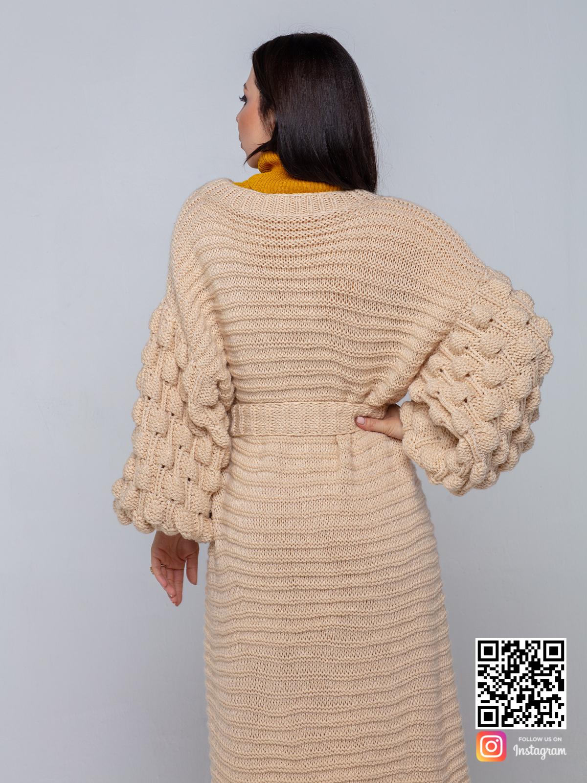 На второй фотографии женский длинный бежевый кардиган со спины от Shapar, бренда вязаной одежды ручной работы в интернет-магазине связанных спицами вещей.