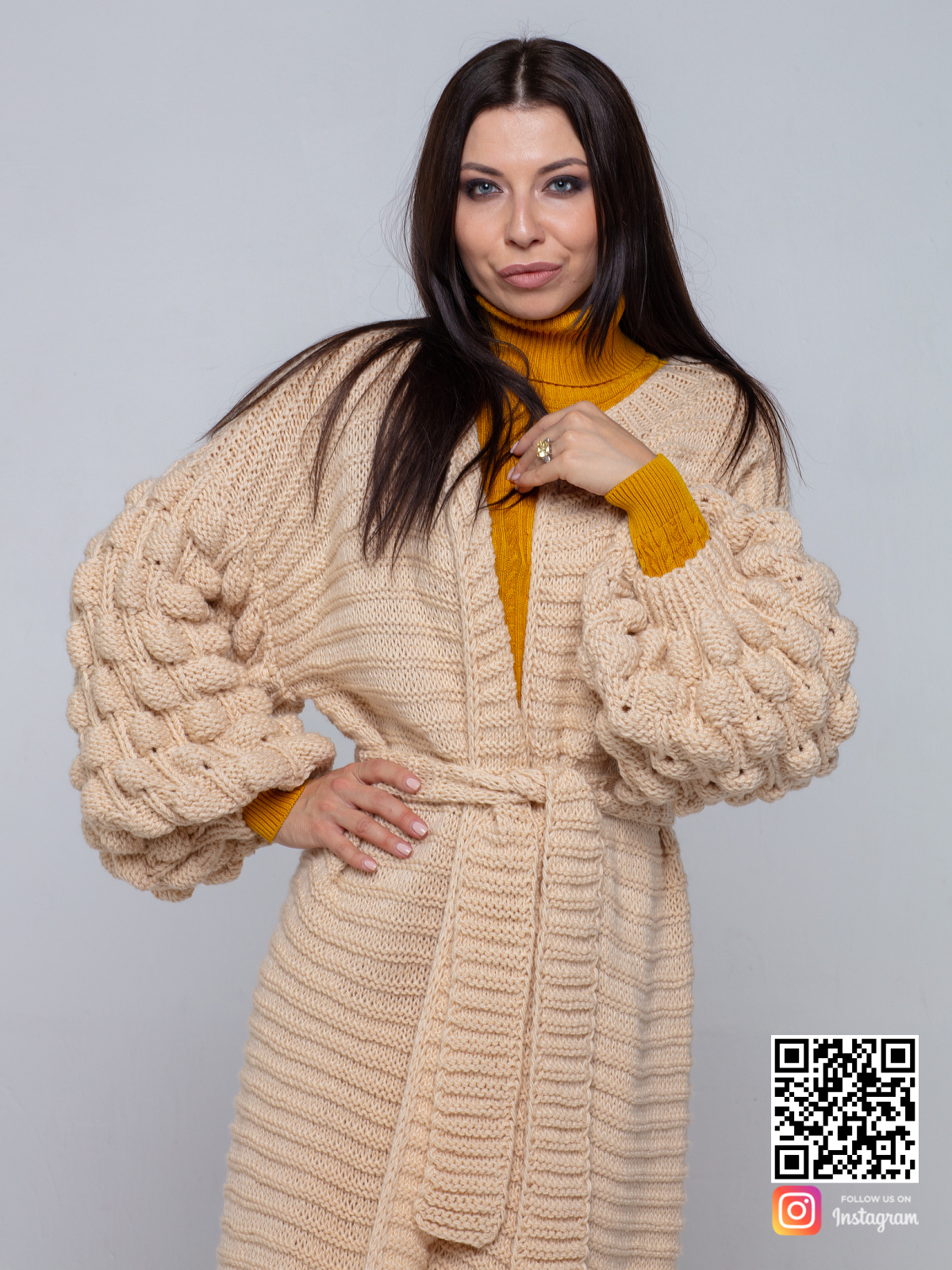 На седьмой фотографии модный длинный бежевый кардиган для девушек и женщин от Shapar, бренда вязаной одежды ручной работы в интернет-магазине связанных спицами вещей.
