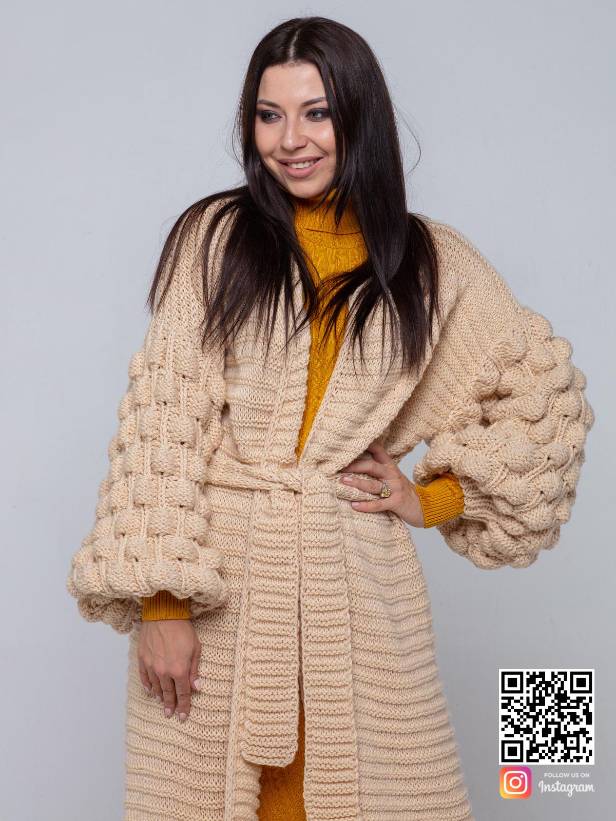 На четвертой фотографии женский длинный бежевый кардиган с поясом от Shapar, бренда вязаной одежды ручной работы в интернет-магазине связанных спицами вещей.
