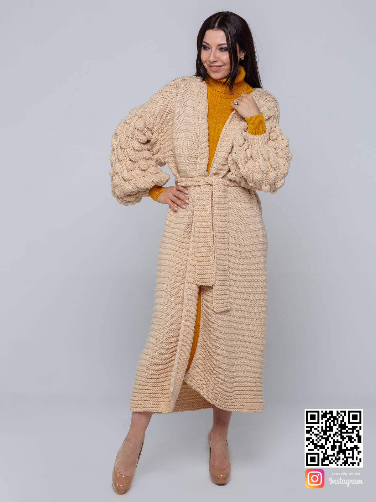 На третьей фотографии женский длинный бежевый кардиган с объемными рукавами от Shapar, бренда вязаной одежды ручной работы в интернет-магазине связанных спицами вещей.