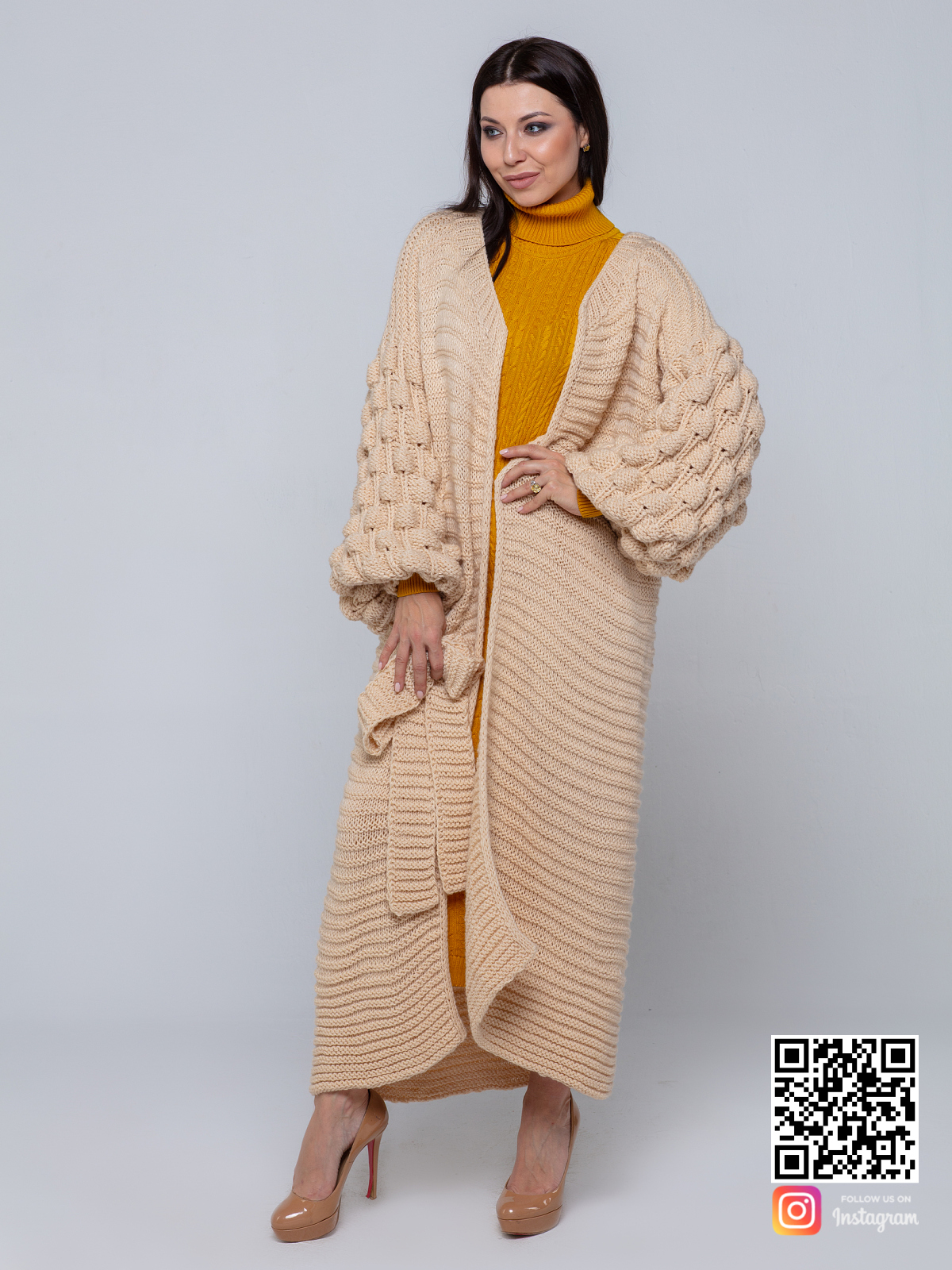 На шестой фотографии женский длинный бежевый кардиган крупной вязки от Shapar, бренда вязаной одежды ручной работы в интернет-магазине связанных спицами вещей.