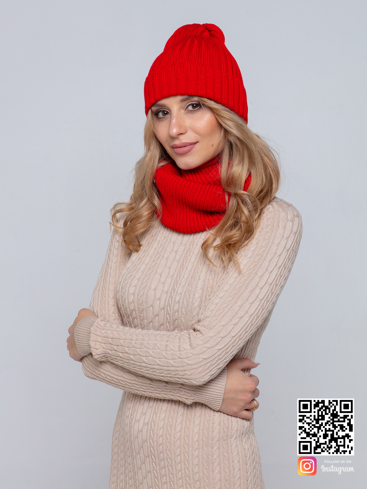 На фотографии женская красная шапка и снуд от Shapar, бренда вязаной одежды ручной работы в интернет-магазине связанных спицами вещей.