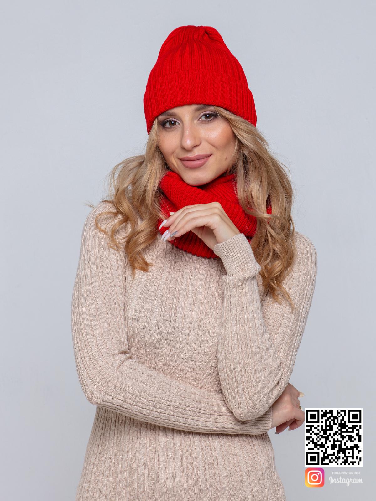 На четвертой фотографии женский комплект красная шапка и снуд от Shapar, бренда вязаной одежды ручной работы в интернет-магазине связанных спицами вещей.