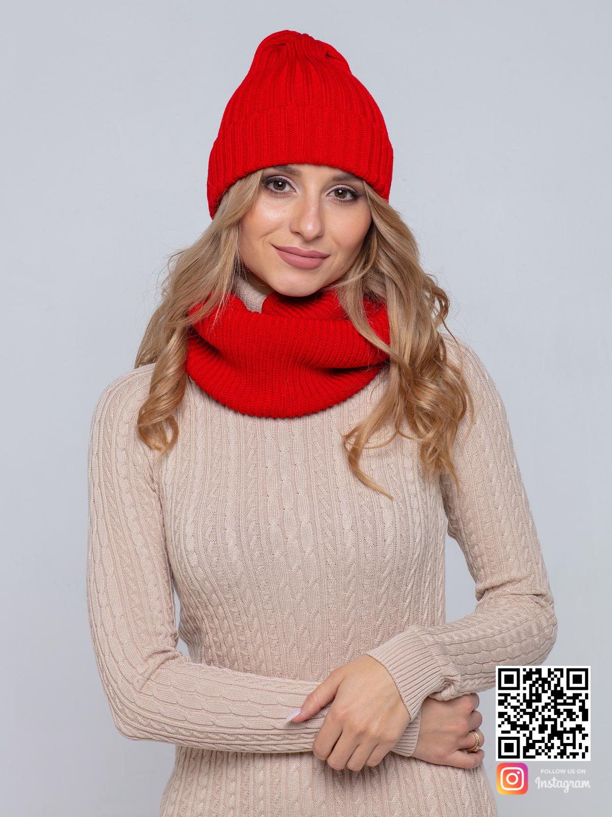 На пятой фотографии модная трикотажная красная шапка и снуд от Shapar, бренда вязаной одежды ручной работы в интернет-магазине связанных спицами вещей.