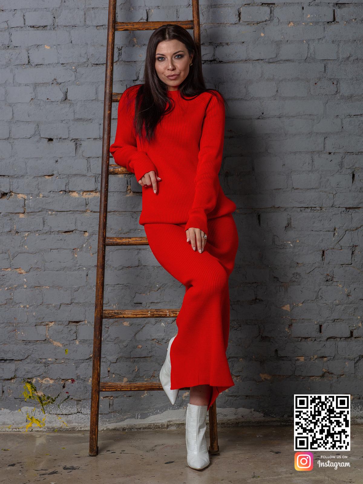 На восьмой фотографии женский красный костюм с юбкой для офиса от Shapar, бренда вязаной одежды ручной работы в интернет-магазине связанных спицами вещей.
