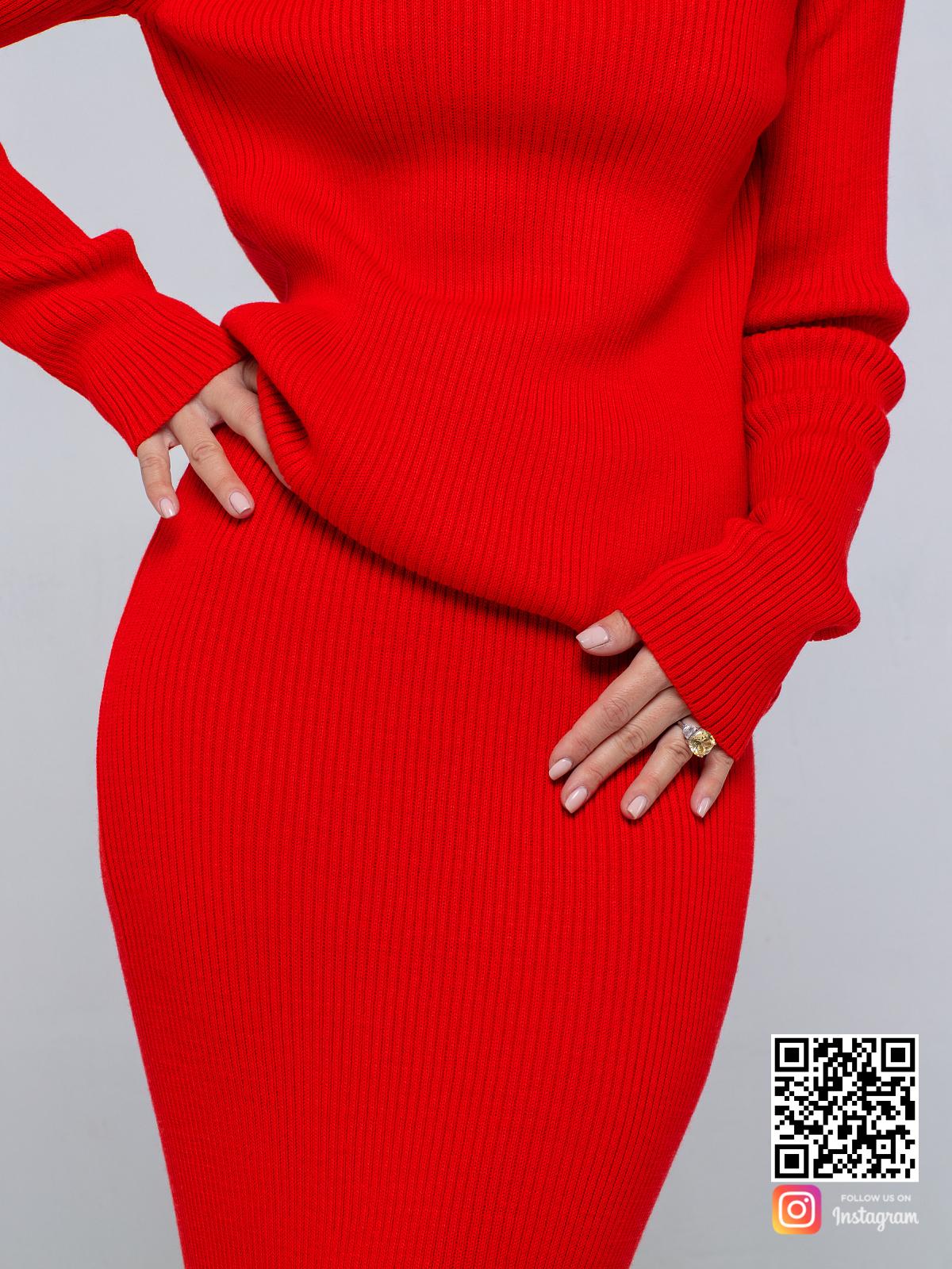 На четвертой фотографии женский красный костюм с юбкой крупным планом от Shapar, бренда вязаной одежды ручной работы в интернет-магазине связанных спицами вещей.