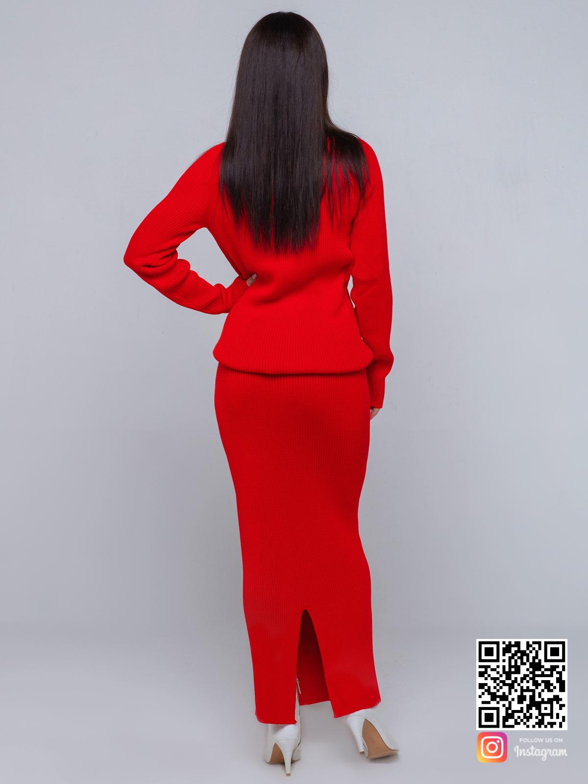 На второй фотографии женский красный костюм с юбкой со спины от Shapar, бренда вязаной одежды ручной работы в интернет-магазине связанных спицами вещей.
