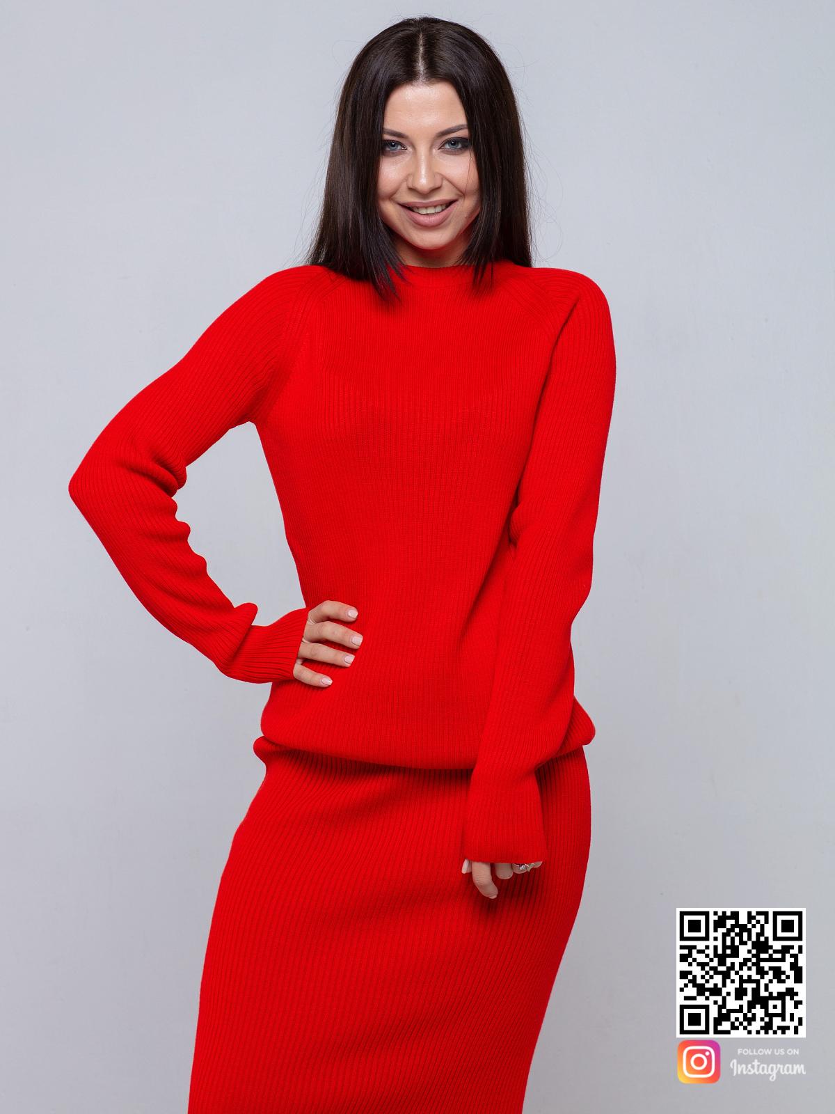 На третьей фотографии женский костюм с юбкой красного цвета от Shapar, бренда вязаной одежды ручной работы в интернет-магазине связанных спицами вещей.