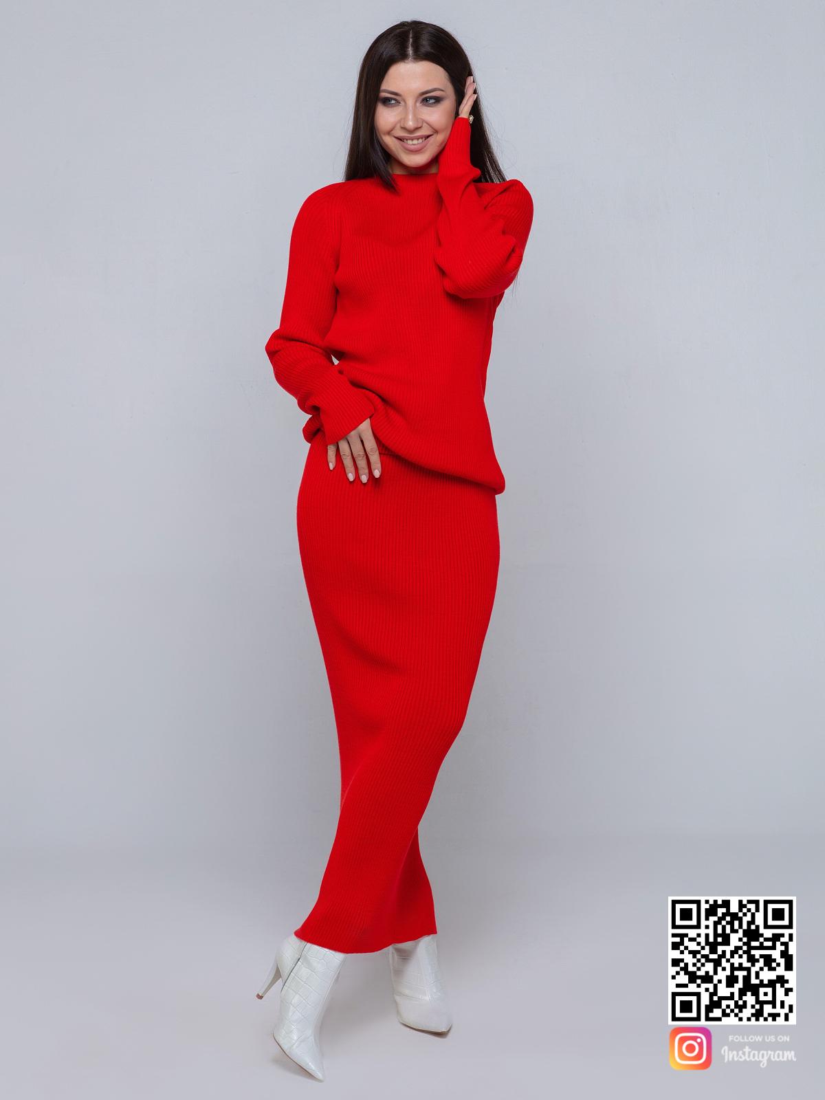 На фотографии женский красный костюм с юбкой от Shapar, бренда вязаной одежды ручной работы в интернет-магазине связанных спицами вещей.