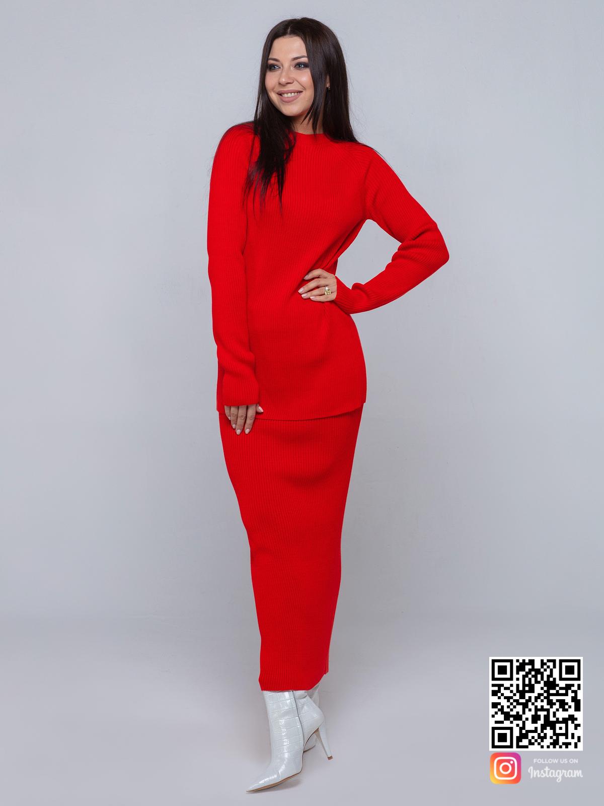 На пятой фотографии женский красный костюм с вырезом на юбке от Shapar, бренда вязаной одежды ручной работы в интернет-магазине связанных спицами вещей.
