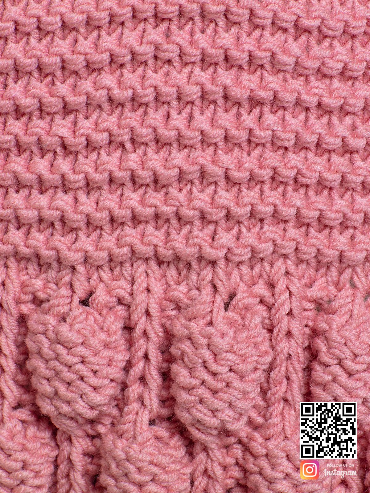 На пятой фотографии розовый вязаный шарф крупным планом от Shapar, бренда женской одежды ручной работы в интернет-магазине связанных спицами вещей.