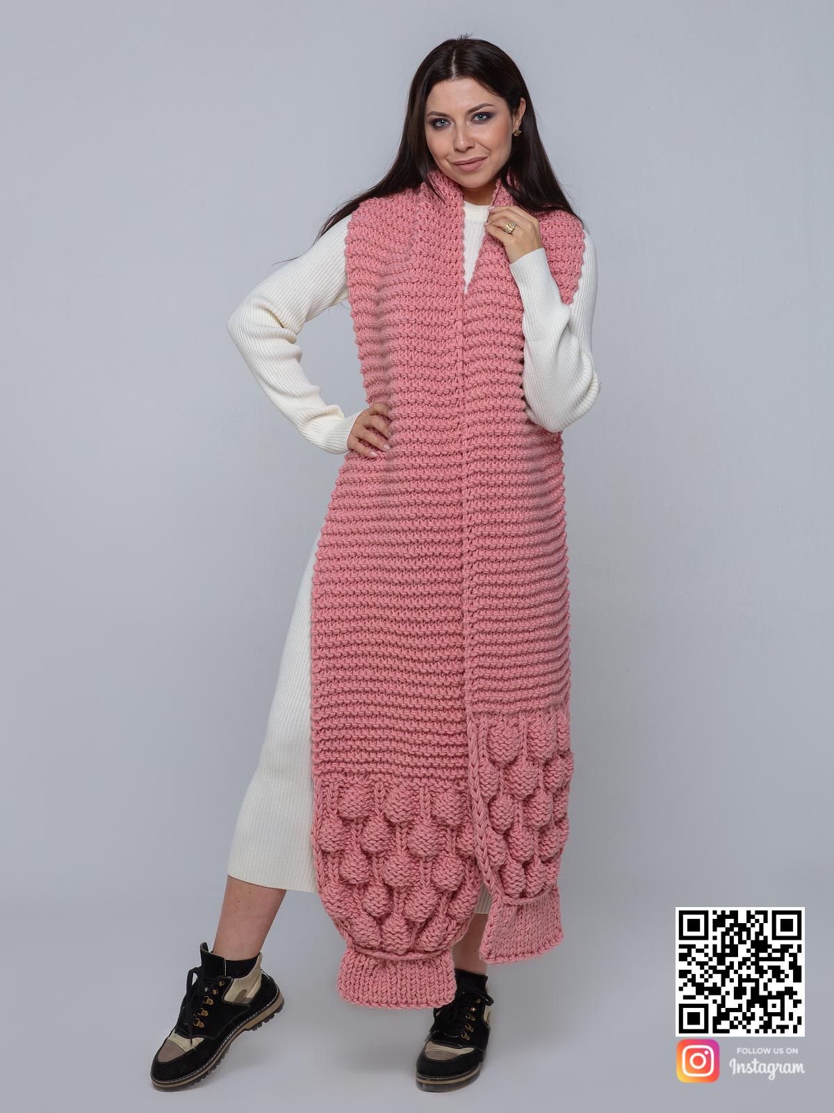 На фотографии розовый вязаный шарф с вязаным узором от Shapar, бренда женской одежды ручной работы в интернет-магазине связанных спицами вещей.