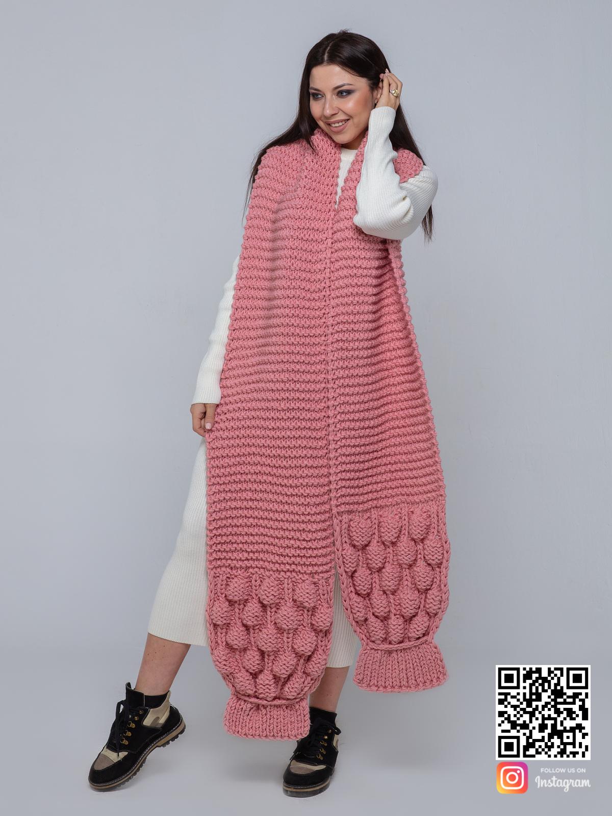 На четвертой фотографии розовый вязаный шарф крупной вязки от Shapar, бренда женской одежды ручной работы в интернет-магазине связанных спицами вещей.