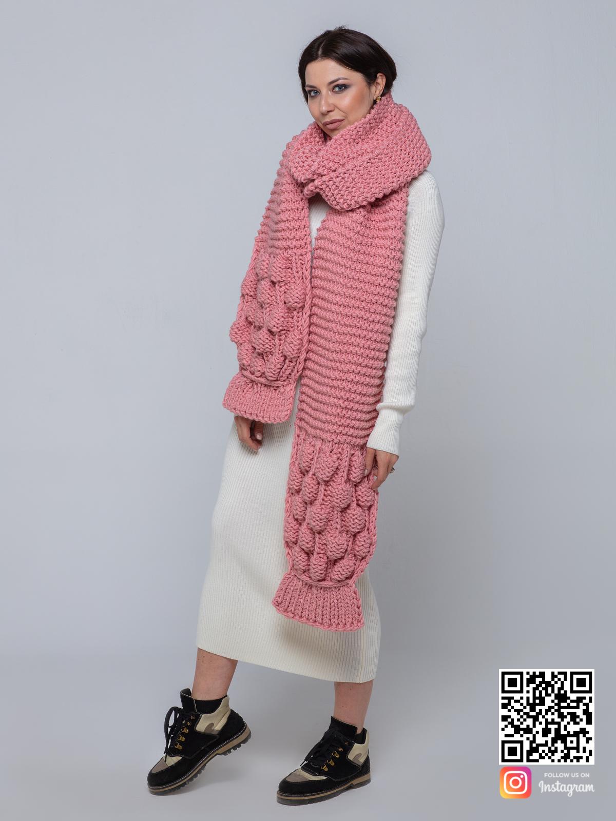 На шестой фотографии модный длинный вязаный шарф для девушек и женщин от Shapar, бренда женской одежды ручной работы в интернет-магазине связанных спицами вещей.