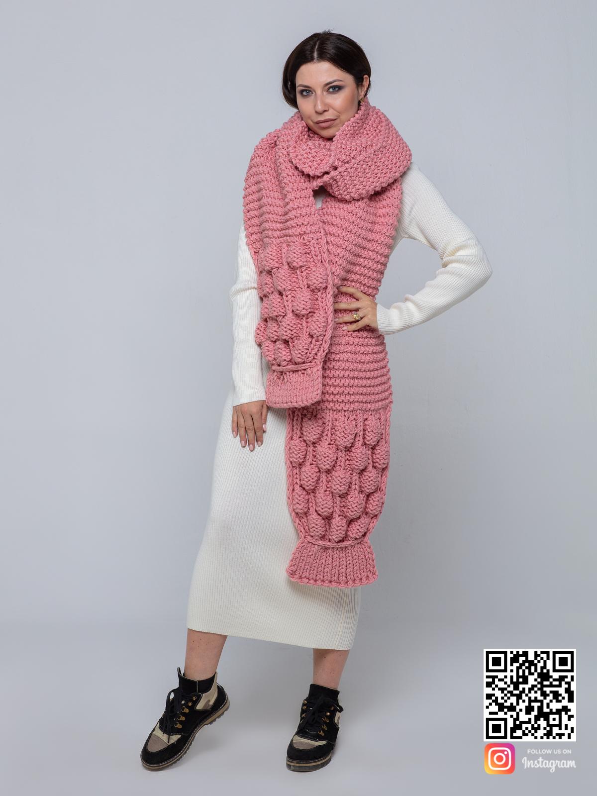 На второй фотографии розовый вязаный шарф от Shapar, бренда женской одежды ручной работы в интернет-магазине связанных спицами вещей.
