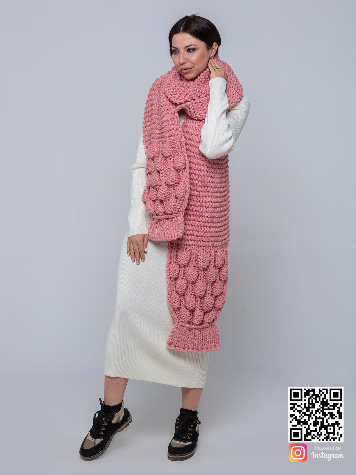 На третьей фотографии объемный розовый вязаный шарф от Shapar, бренда женской одежды ручной работы в интернет-магазине связанных спицами вещей.